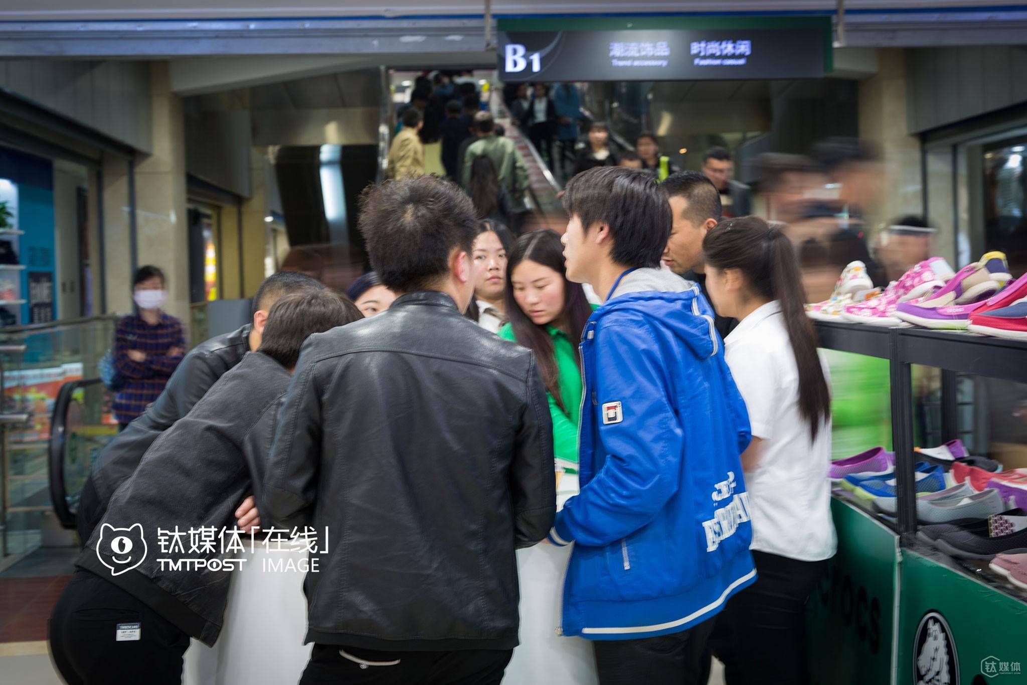 """4月9日,一共有大约260名顾客走进这家店咨询或者消费。""""这是周末人流量比较大的时候,周一到周五更淡,我们这家店,每个月大概卖出手机100台左右,加上其他的业务,也就是收支持平的状态。""""店长杨威介绍,""""北京像双桥这样的很多,密集地分布着手机店,市场早已饱和,大家都是在硬撑,这些老板都是前几年做手机赚了钱的,只看谁能撑到最后,就会有前景。"""""""