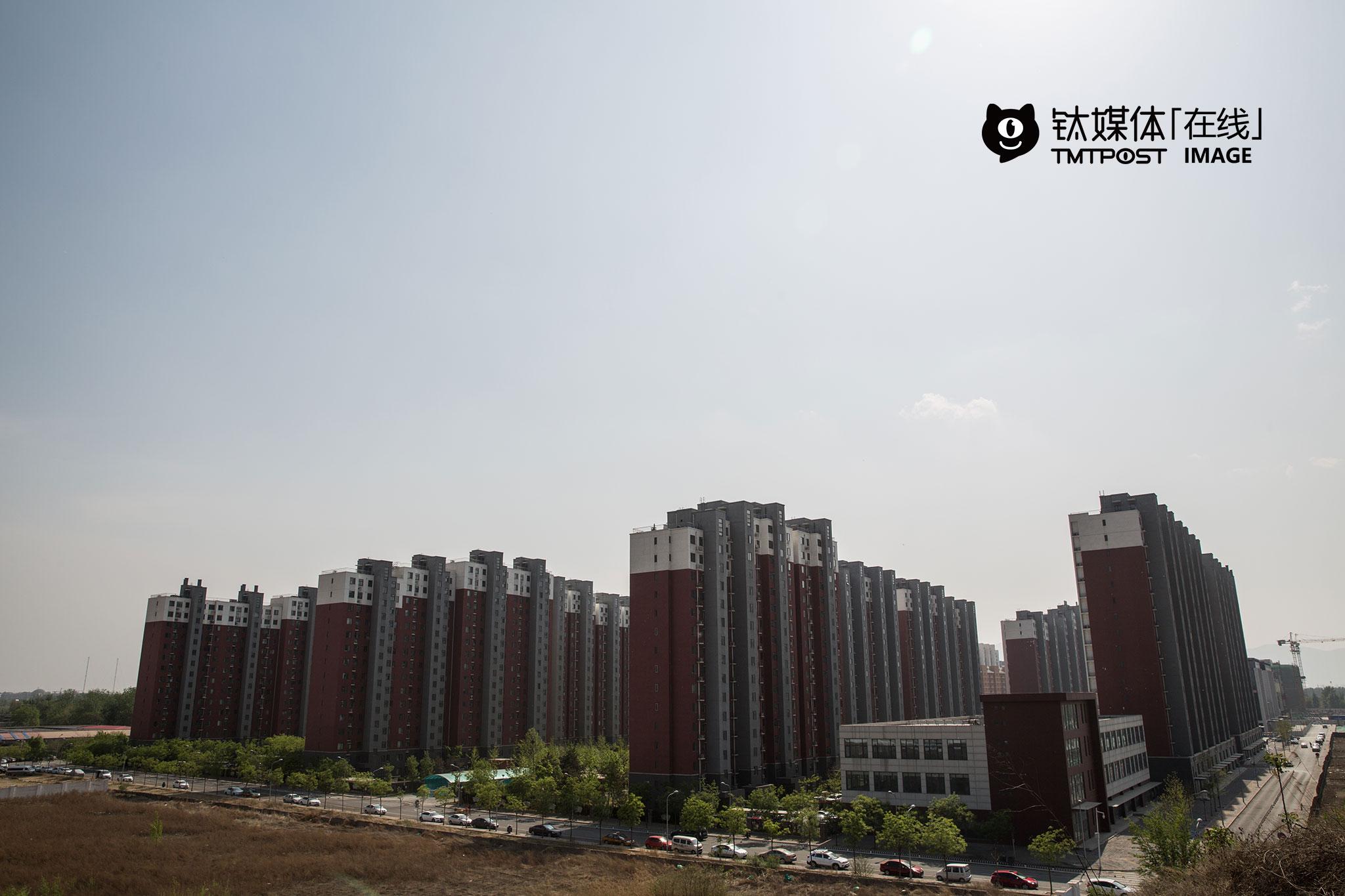"""中关村公园以北几百米,就是回迁小区""""唐家岭新城""""它的对面分布着中国空间技术研究院、中科院光电研究院等机构。"""