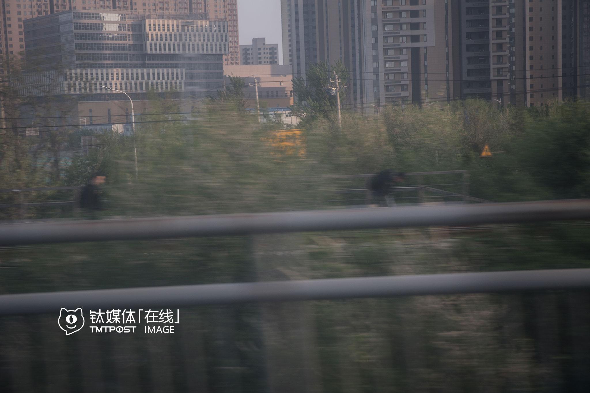 4月20日18:00,不少背着双肩包的上班族,沿着铁轨行走。据媒体报道,2015年1月,上地曾发生一起火车撞上闯道口行人的事故。