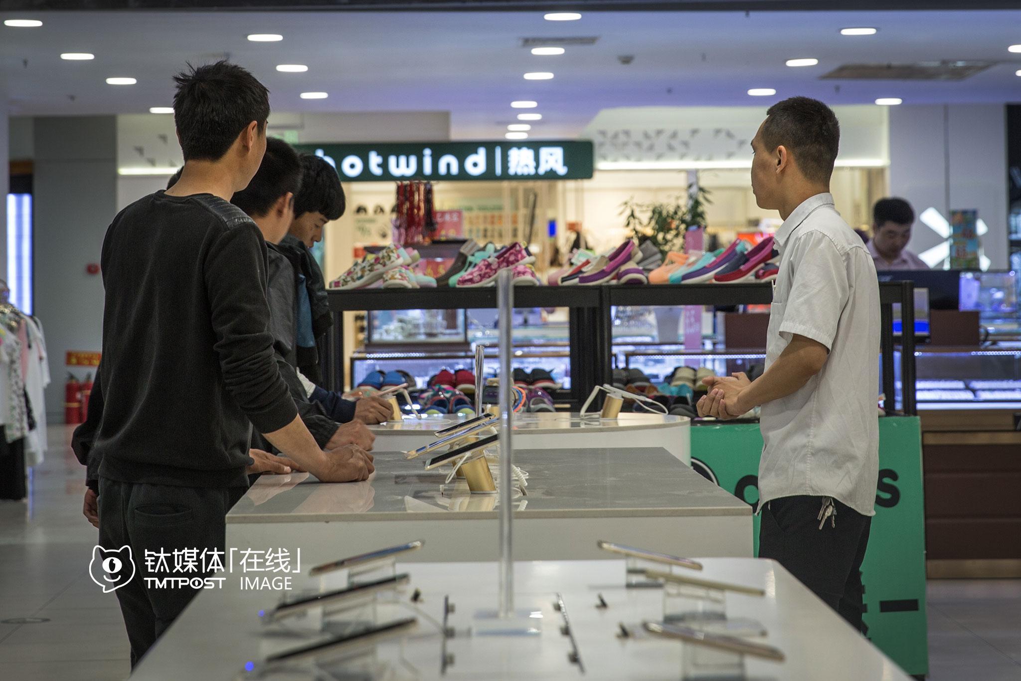 位于双桥国泰百货B1的这家手机店,面积65平米,店内陈列有49个型号的手机(或模型机),其中包含苹果、华为、三星、OPPO、vivo、小米等品牌。