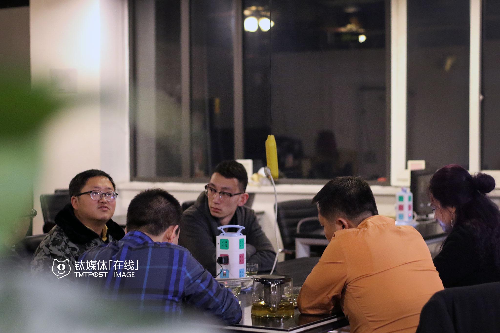 """2016年春节前,创业大街某咖啡馆,几位到北京考察众创空间的商人邀请吴建辉为他们介绍咖啡馆的运营模式,他是这一带的老面孔,因为时常拿着画本在咖啡馆画画,大家都叫他""""小画家""""。"""