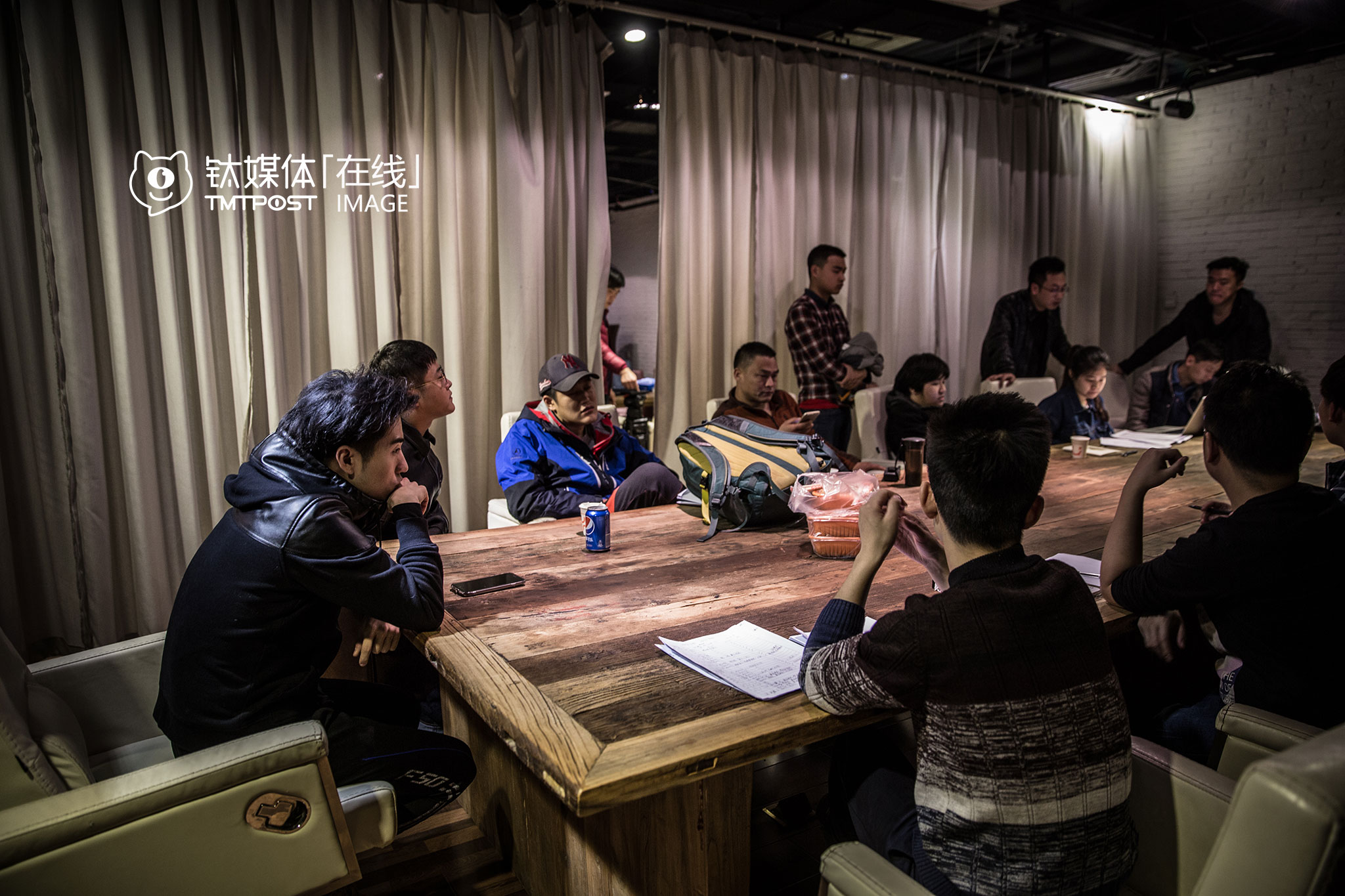 March 23rd, 1:00 am. The first filming day was over. The cast was having a meeting to discuss about the very first day. Even though everyone is from the same company, but this was their first cooperation together. The first few days are usually the time that they start to learn about each other and become familiar with each other's working habits. In UniMedia, every production studio functions like a production company. Once the project is approved by the company, the production studio can get scriptwriters and production resources from the company in order to form a project team. The resources in the company are very commercialized. The cast can even hire people outside the company. In some way, the production studios are independent from each other and handle and manage the loss and revenue themselves.