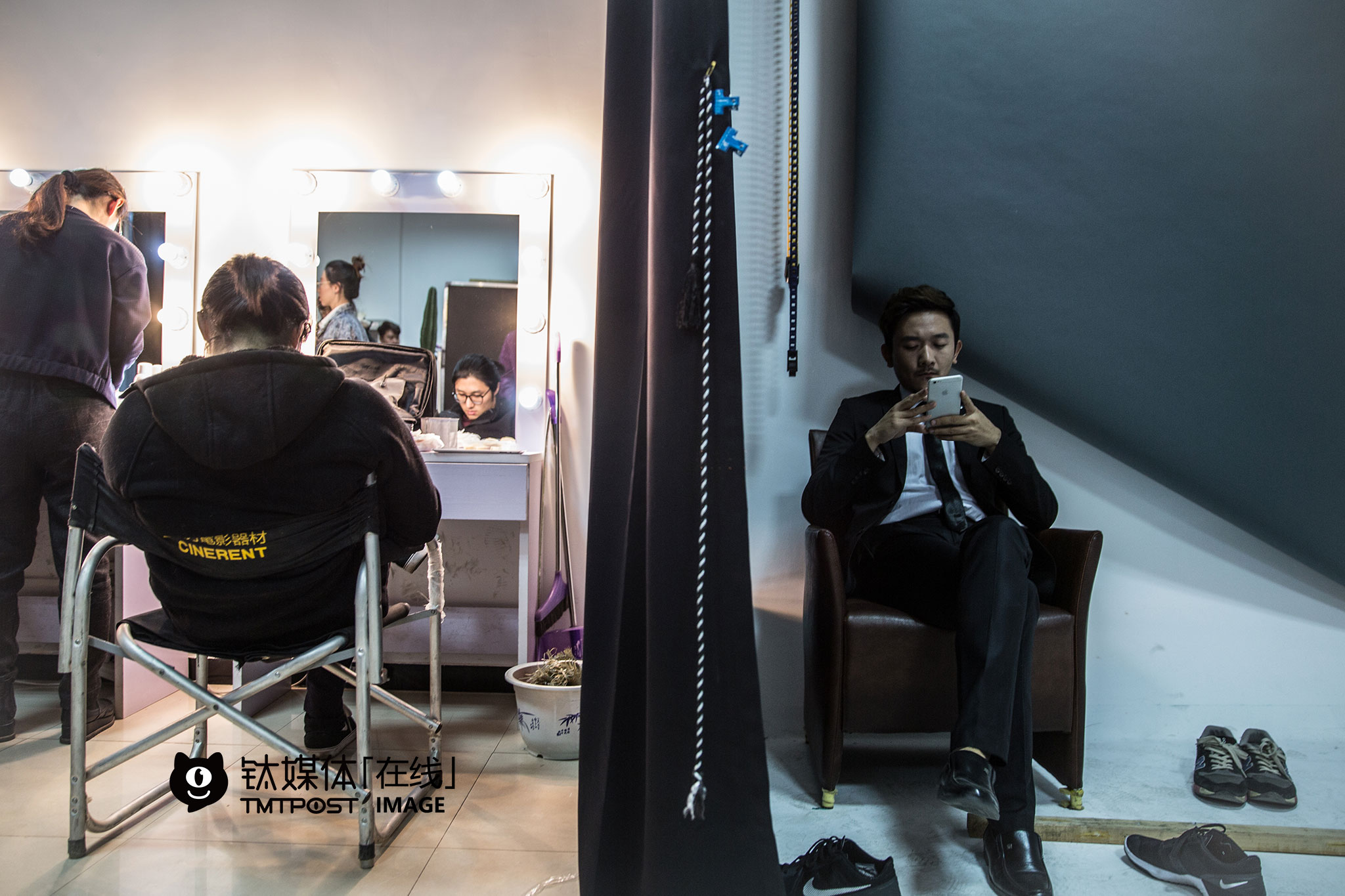 March 9th, morning, at UniMedia's dressing room. Liu Hao and Ke Da, actors of Boss season two, were waiting for a poster shoot.
