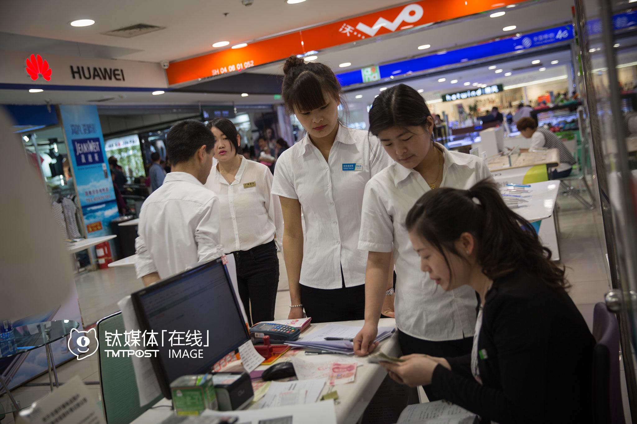 这家店还出售手机零配件、提供维修服务、运营商的相关服务业务,店里有6名员工,每天从9点半营业到晚上10点,6人两班倒。