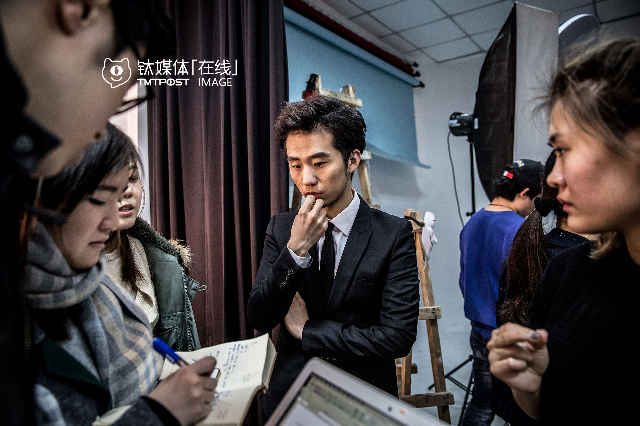 When getting their makeup done, the sales team and the director, Liu Xunzimo, were discussing about the possible offline merchandise for season two.