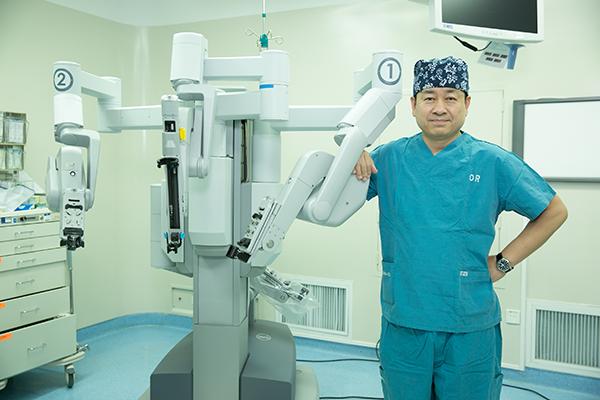 朱刚主任站在机械臂前,直接接触人体进行手术的器械很精细,尺寸以厘米级计算