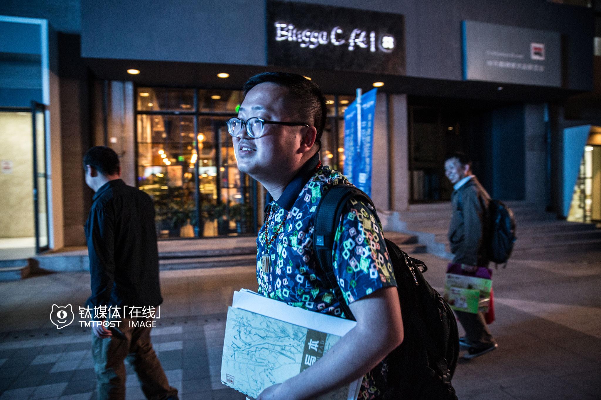 """2016年4月15日,从云南回到北京没几天,吴建辉回到创业大街。随着短视频的升温,他也迫切地想找人一起,把自己的漫画拍成真人视频,或者做成周边的产品。他觉得自己的形象和漫画中的""""小红孩""""很相似,""""我想由我自己来演,小红孩在真人视频中是个财神,我觉得我长得就像财神""""。"""
