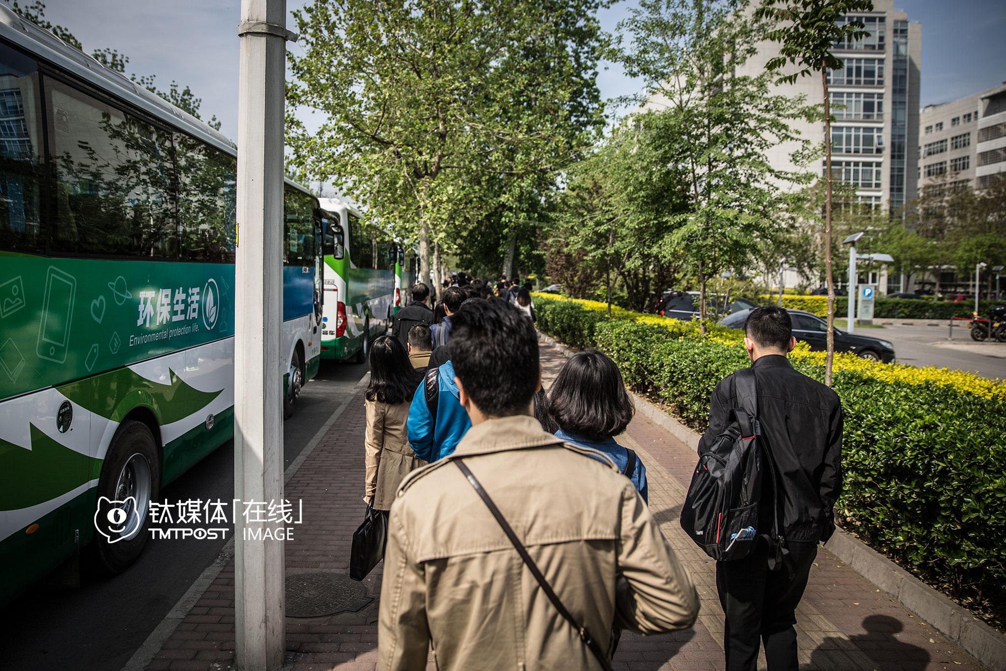 百度大厦外,排队等待发往其他办公点班车的百度员工。上地遍布了中国互联网行业的明星企业:滴滴、联想、百度、小米……另外网易、腾讯、新浪也宣布将迁入上地。
