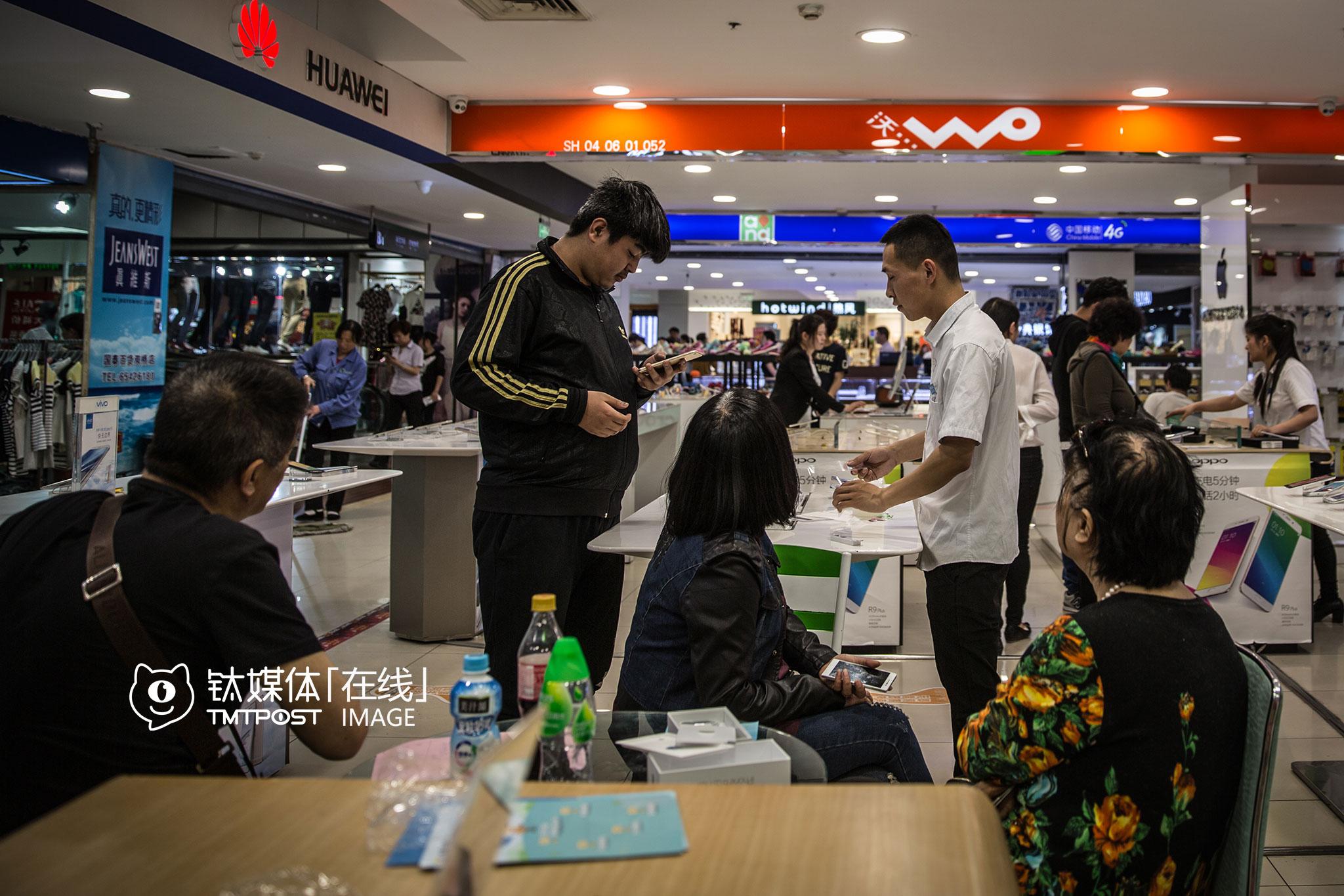18:40,这家人来到店里,买了一台苹果手机。