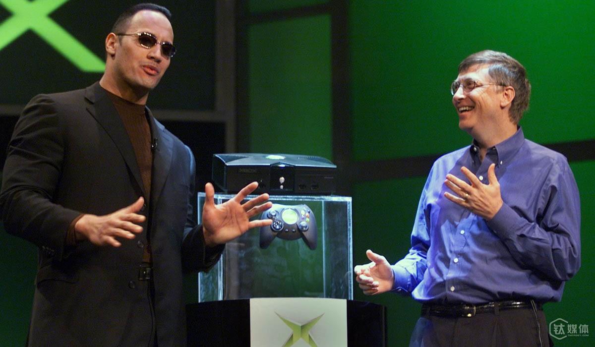 比尔·盖茨和 WWE 明星岩石在2001年的 CES 上共同公布 Xbox