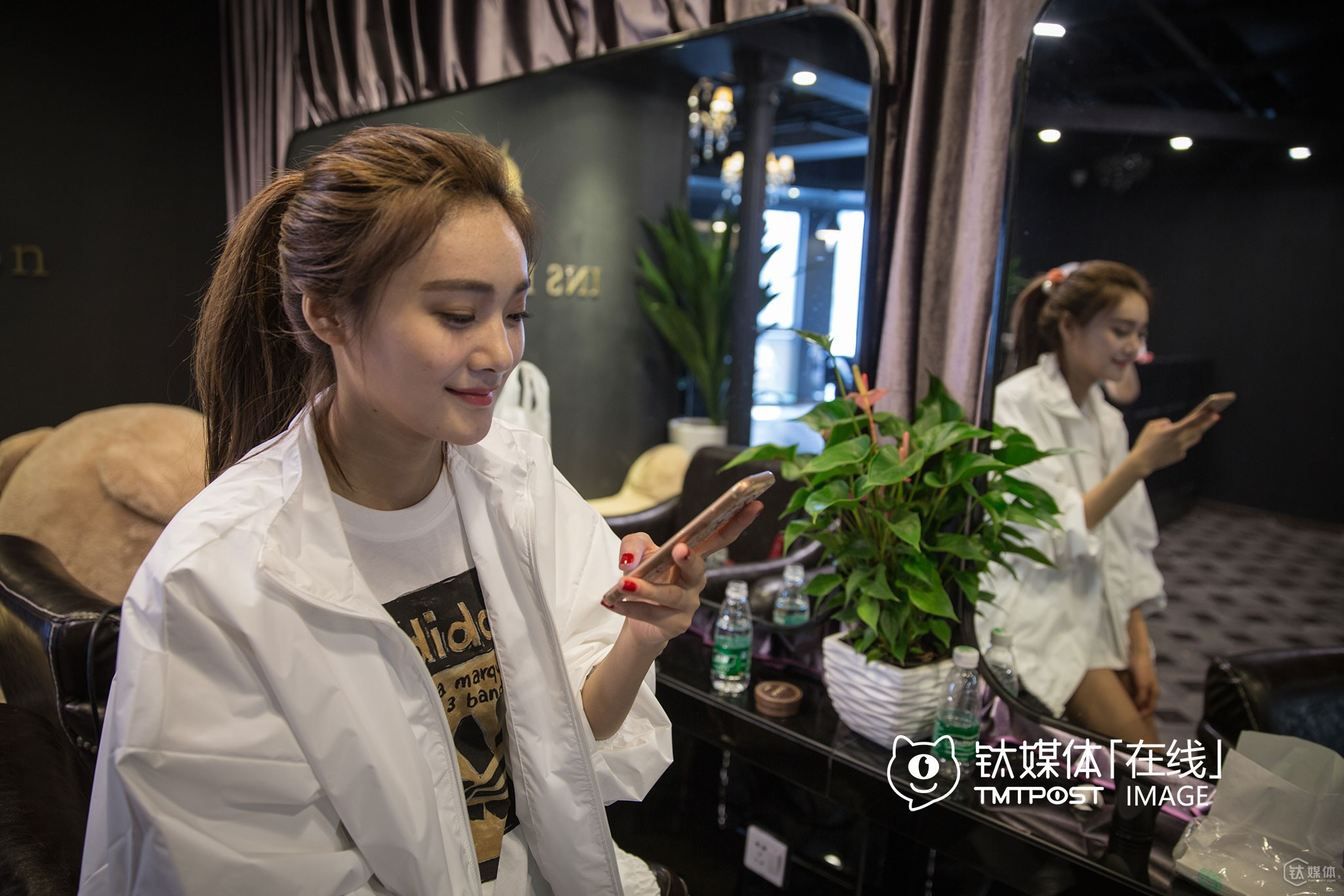 She also gains a lot of consumers by live broadcasting videos, so she would often answer questions about her products through live video broadcasting platforms. She had two WeChat accounts, one is personal, and the other is for business usage, mainly related to maintaining her online shop on WeChat. When live broadcasting videos about doing makeups, some fans would ask her opinions about cosmetics, and she would recommend to them cosmetics she often uses. If fans want to buy her products, she would contact with relevant personnel at the storage in Hangzhou and send the product to them.