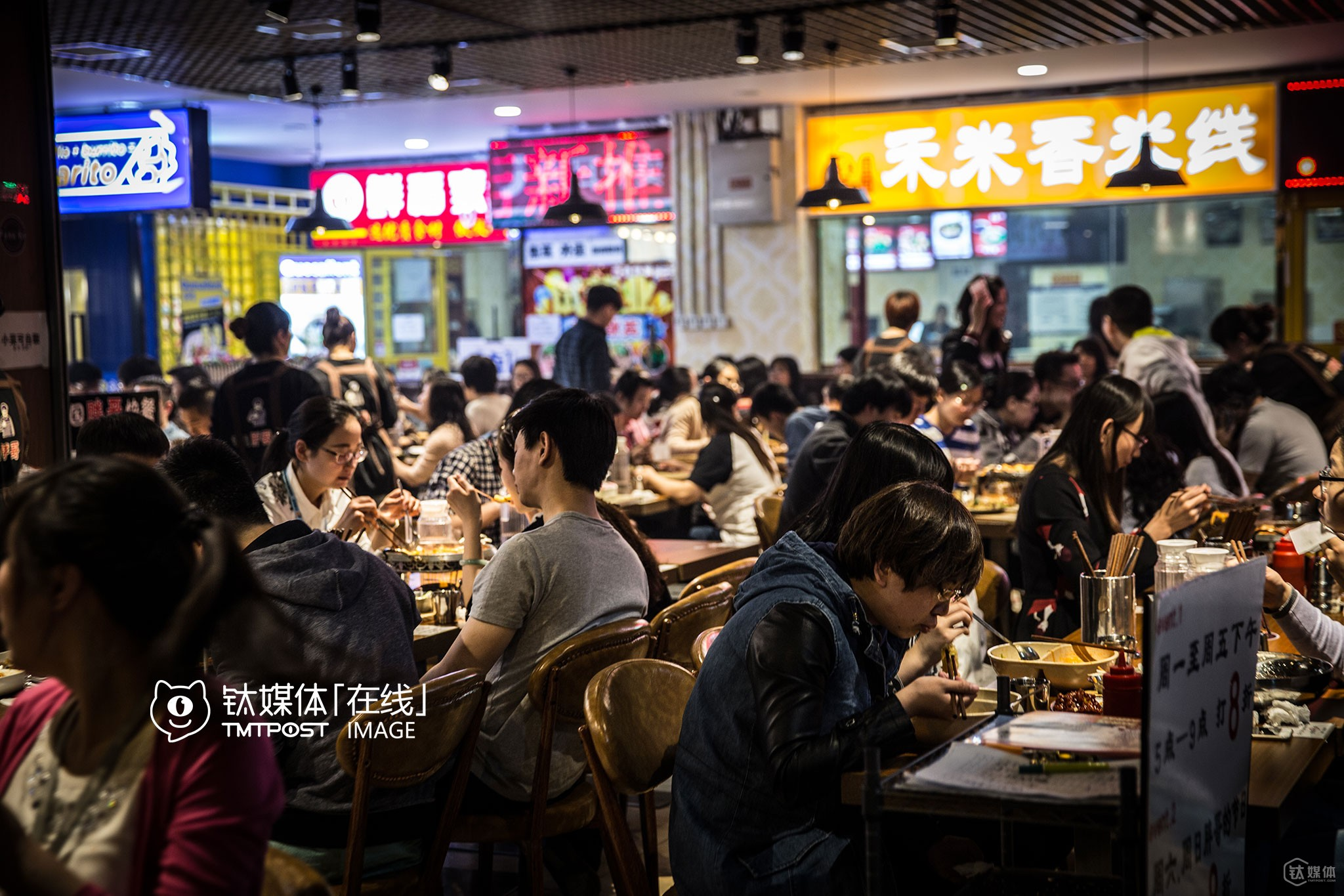 There were many fast food stores at the ground floor of Hui Huang International Hotel. It's inexpensive, convenient and quick to have lunch here, so many white-collar workers working around Shangdi area would choose to have lunch here.
