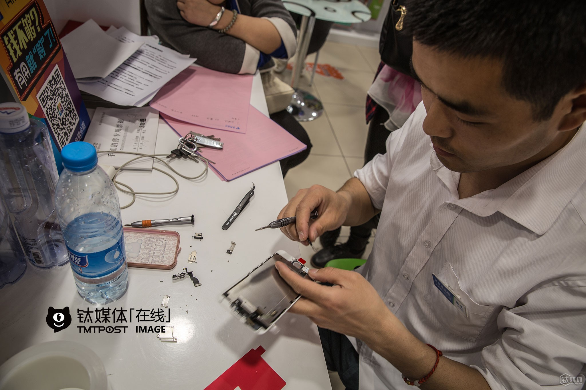 It was 7:40 PM. Ynag Wei, sales manager of the store, was changing the iPhone screen for a customer. He changed screens for two iPhones today.