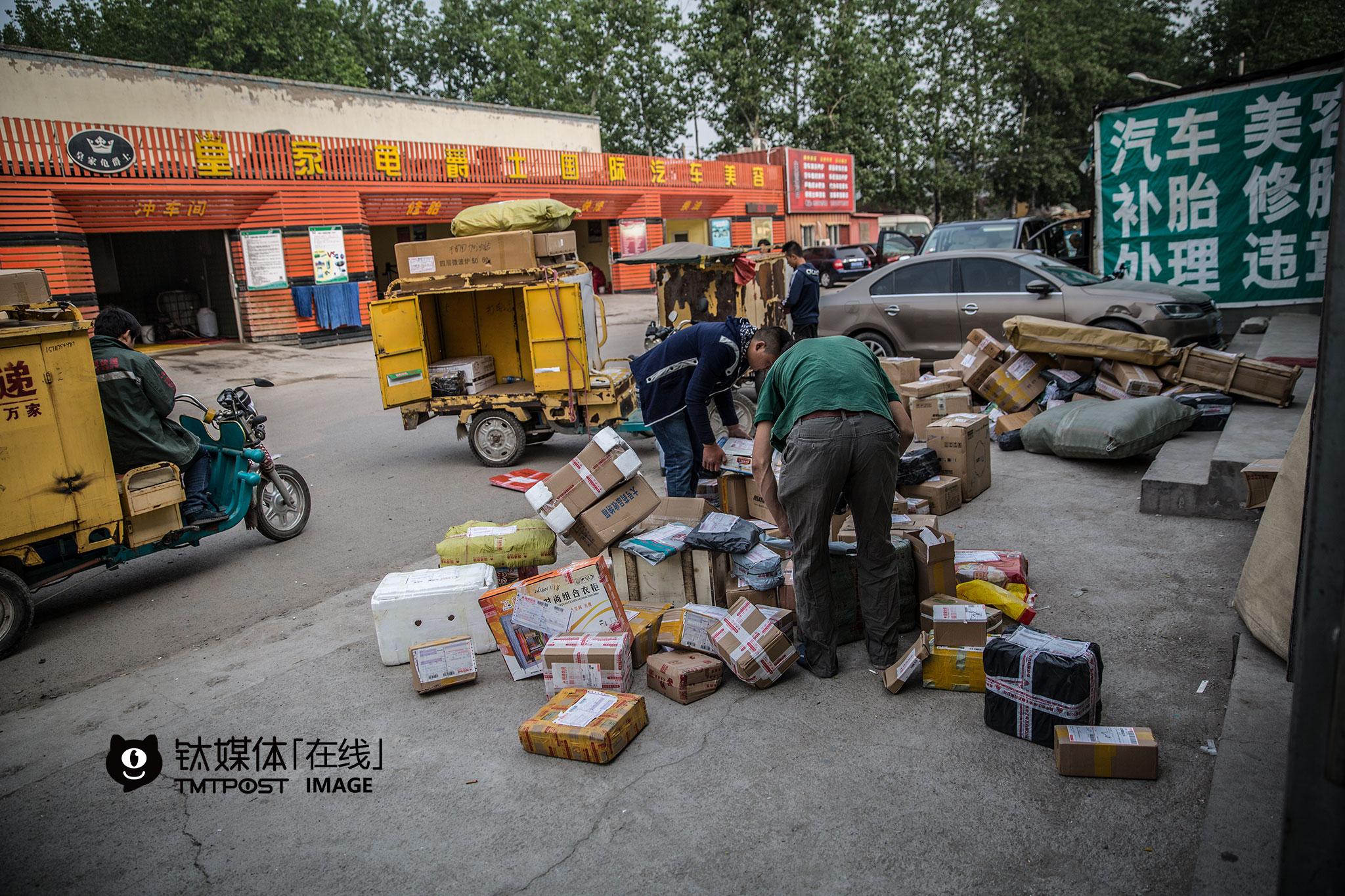 2016年4月29日早上,一家快递公司位于北京市朝阳区的站点,快递员将分拣完毕的包裹装车。