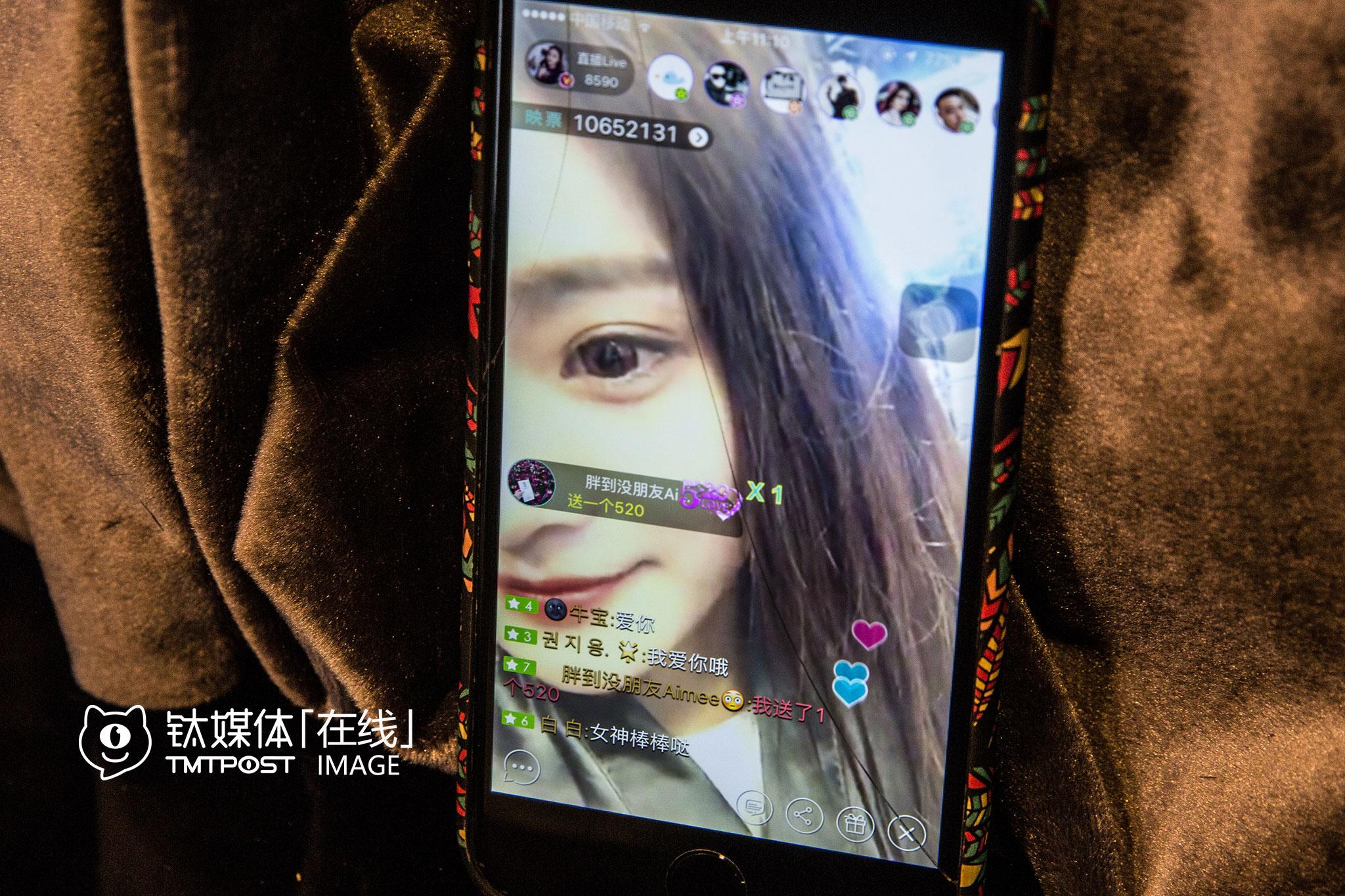 """2016年5月20日,北京,女主播柚宝在直播时收到粉丝的""""520""""表白。"""