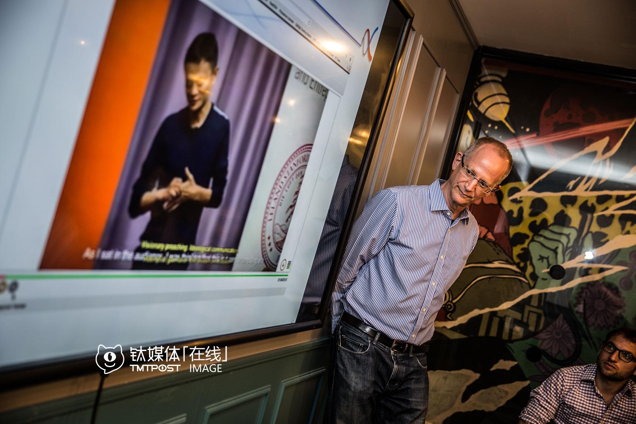 """语音情绪分析公司BEYOND VERBAL的CEO Yuval Mor曾在以色列精锐情报机构8200服役。Yuval 表示,他的团队开发的算法,可以通过人的语音来分析人的情绪、性格,识别情绪的细微变化。在一场针对中国考察团的路演中,Yuval准备了一段马云的演讲,现场通过软件进行情绪分析。""""我们已经有200万条声音样本,涵盖包括汉语在内的多种语言"""",Yuval介绍,这项研究早在20多年前就开始了。"""