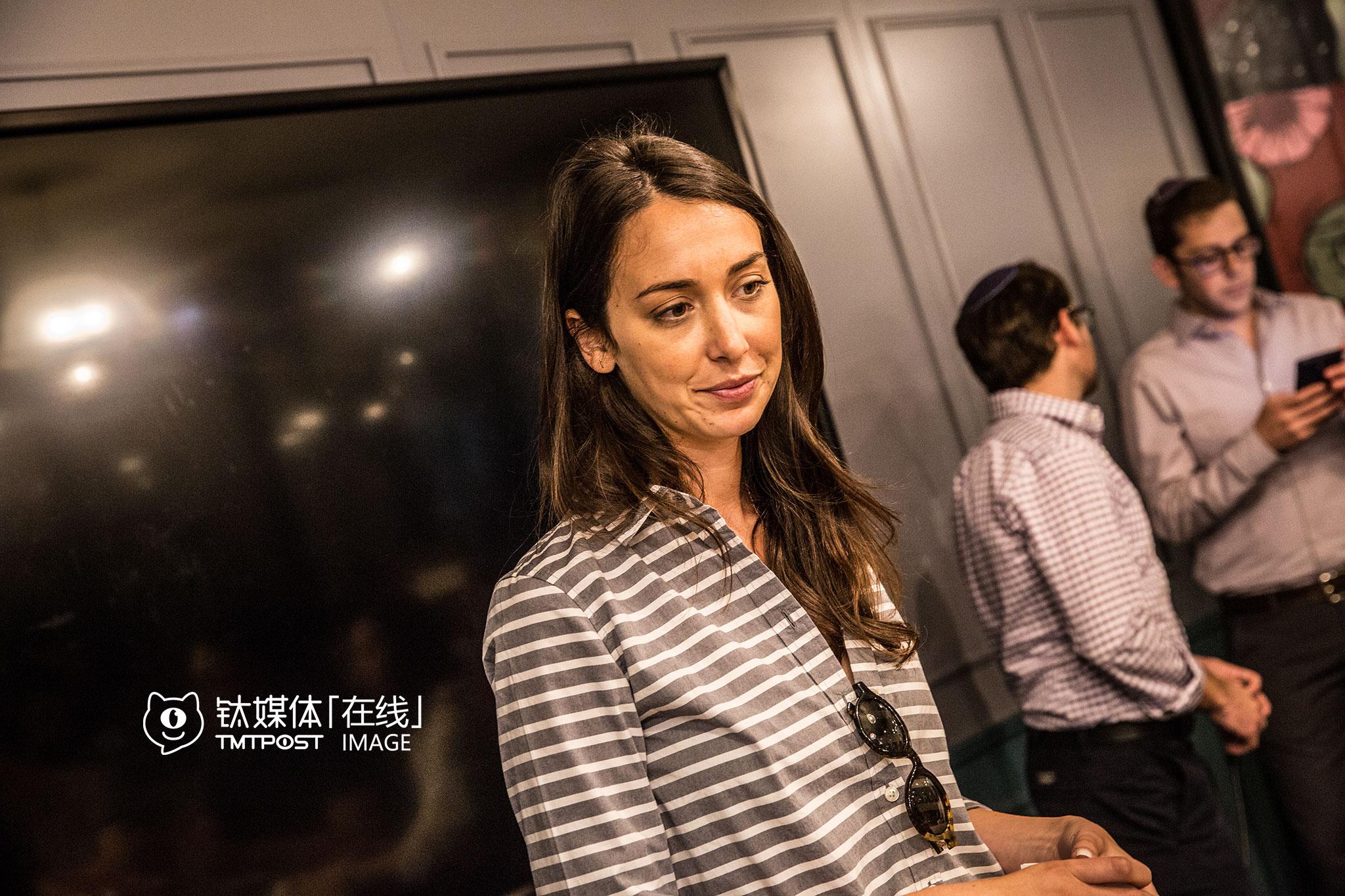 """Ronnie Ceder是wework以色列的一名经理。她说wework自己最大的职责是服务好创业者,让创业者可以百分之百地集中精力在开拓业务和寻找资金上。与中国的众创空间不同,Ronnie表示,wework在以色列并不能得到政府补贴,""""政府会补贴创业公司,而不是众创空间。"""""""