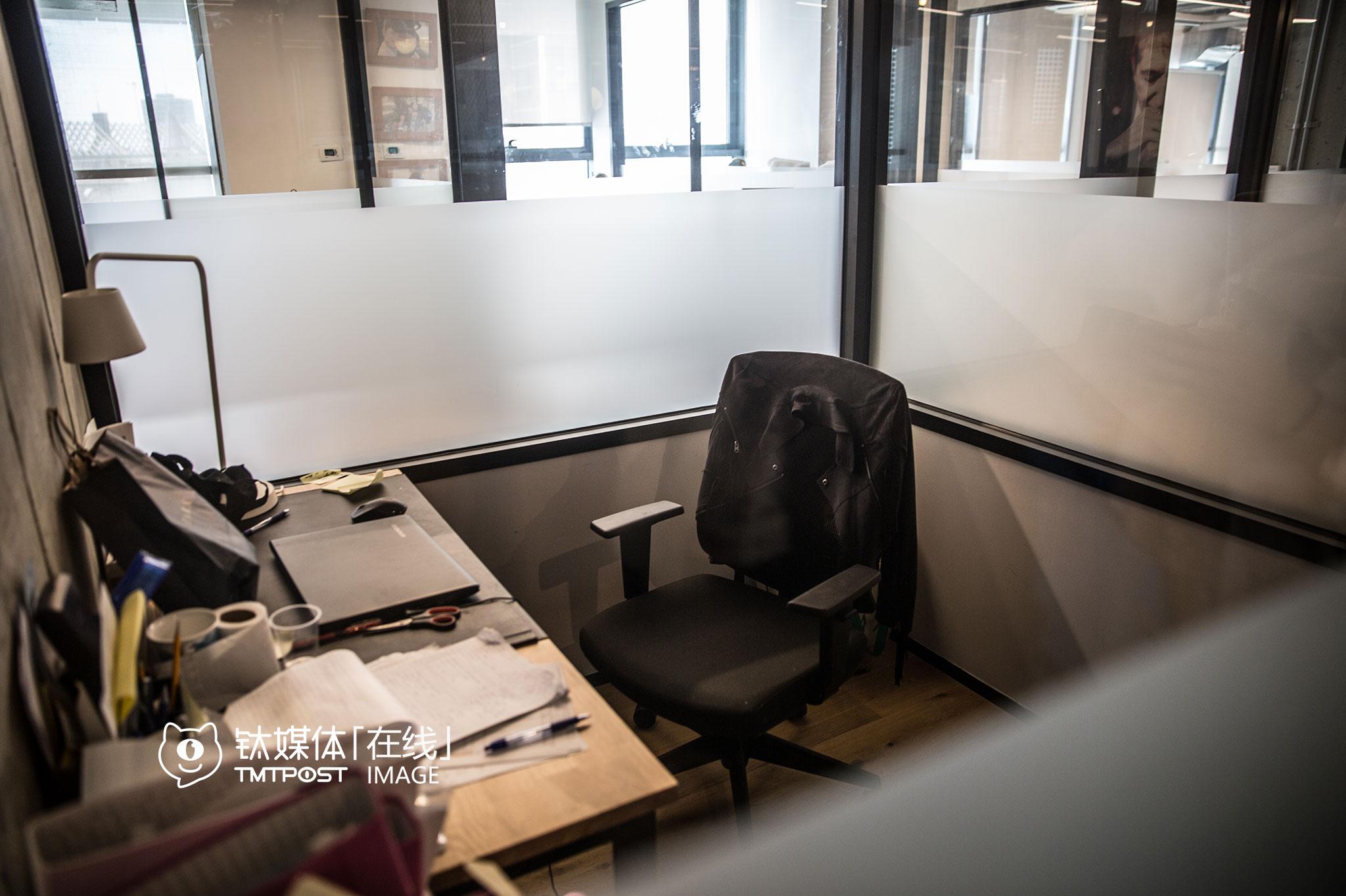 在wework,有一些专门为仅有1个人的公司准备的小隔间办公室,也有可以容纳多人的开间。