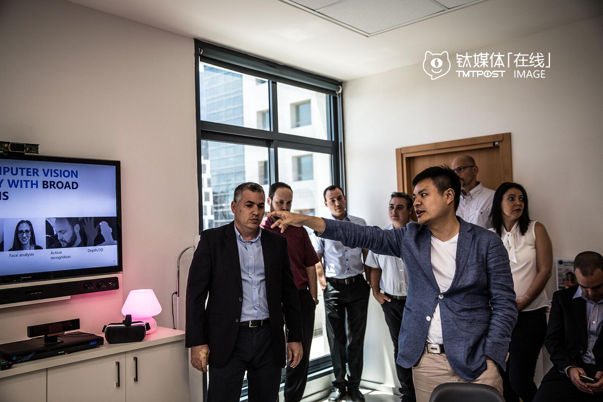 机器视觉科技公司Eyesight办公室内,深圳光启的考察团在等待观看该公司机器视觉识别的展示,该公司的技术,可以使用户通过简单自然的手势,轻松直观地控制各种设备或装置。当天,光启董事会主席刘若鹏宣布向Eyesight投资2000万美元,光启表示,希望将这家公司的嵌入式机器视觉技术引入物联网、机器人和汽车等技术领域。(具体展示,可以看钛媒体影像《在线》25期视频)