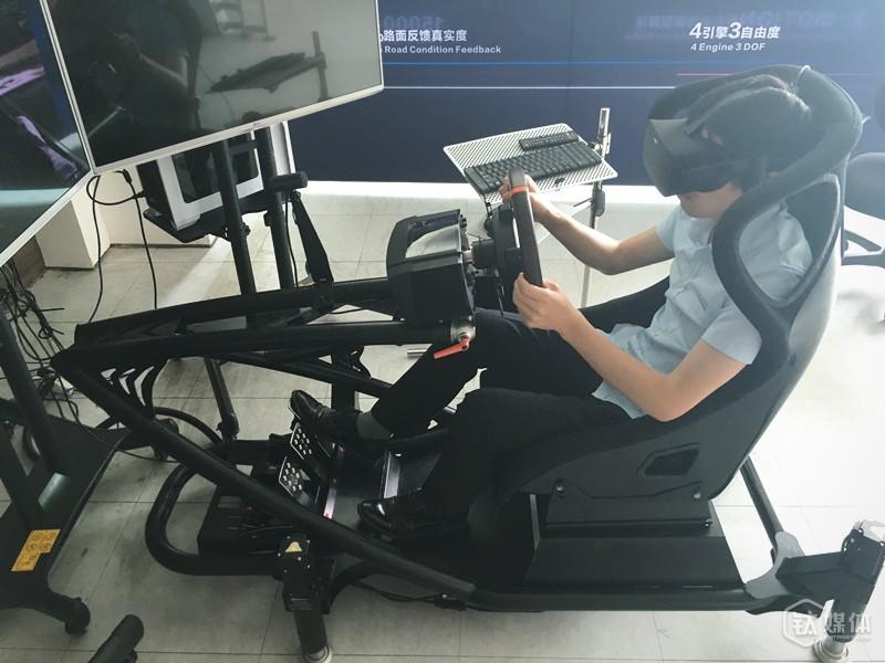(幻速赛车模拟器+Oculus Rift演示图)