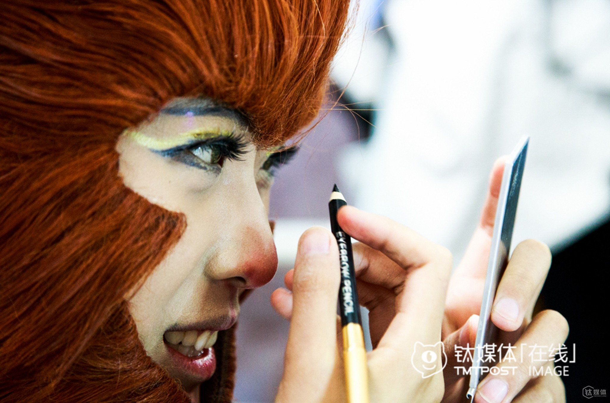 After going to college in Beijing, Lusan became a professional coser. In the above picture, she was the dressing up like the character Great Monkey King. When her roommates were not in the dorm and she received a new set of clothes, she would dress up and practice. Generally, it took her an hour and a half to dress up.