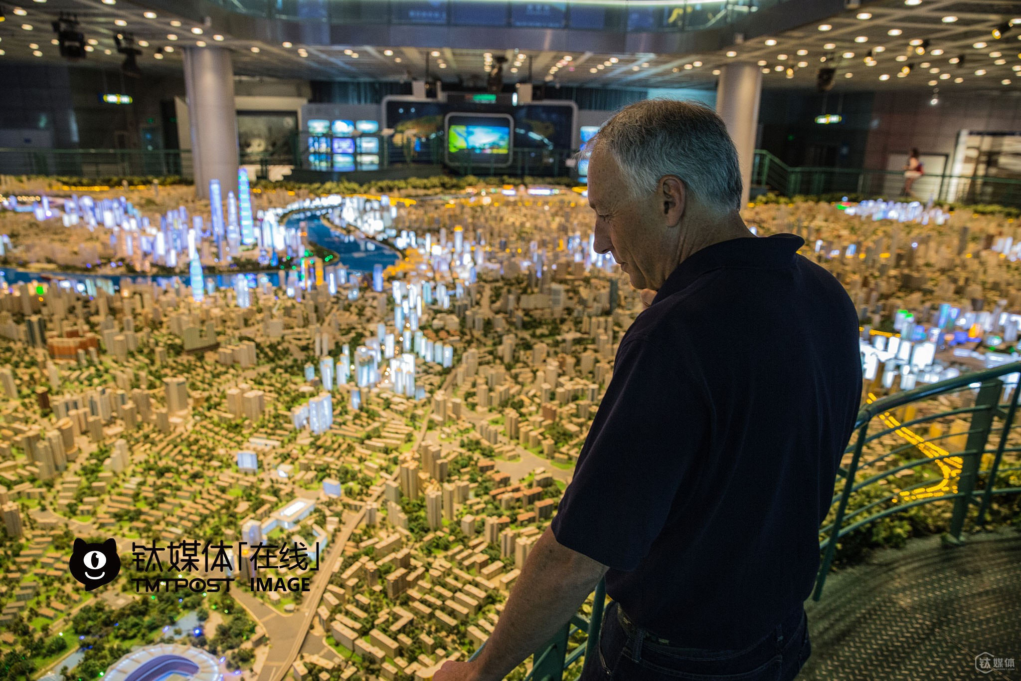 "Michael, vice mayor of Atherton, was shocked at the city model of Shanghai. ""This city model is so huge! We also have a city model for Michael Lempres, but it's much smaller than this one,"" he said, ""Atherton lies right in the center of Silicon Valley, and the house price here is the highest in the US."" There are no tech company but lots of residential houses in Atherton. As a matter of fact, Atherton is the most favorable place to live in for many CEOs of giant tech companies as well as investors in Silicon Valley."