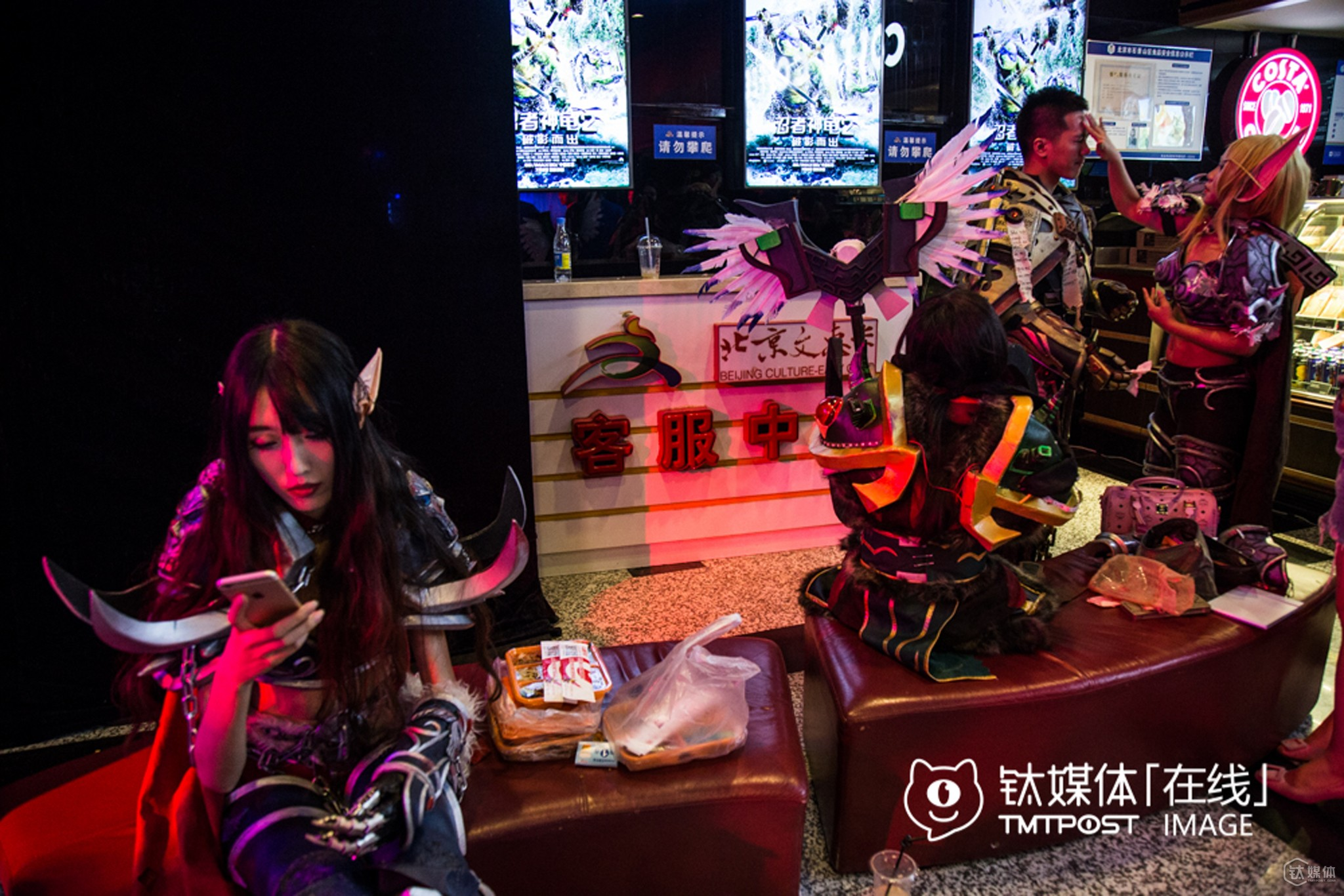 "Before the show, they grabbed a lunch in the hall of Wanda Film Theatre. To ensure the quality of their ""weapons and dresses"", they would spend 3-4 thousand RMB purchasing these stuffs, so they often made up themselves to lower cost."
