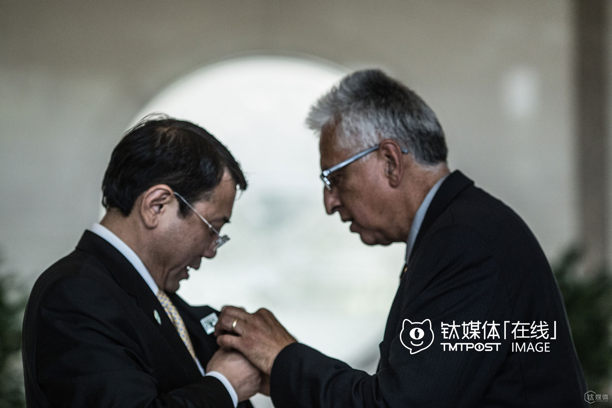 In Haidian District, Beijing, Eduardo Martinez, vice mayor of Richmond, helped a Chinese official to wear the city emblem of Richmond (Photographed by Zhu Lingyu)