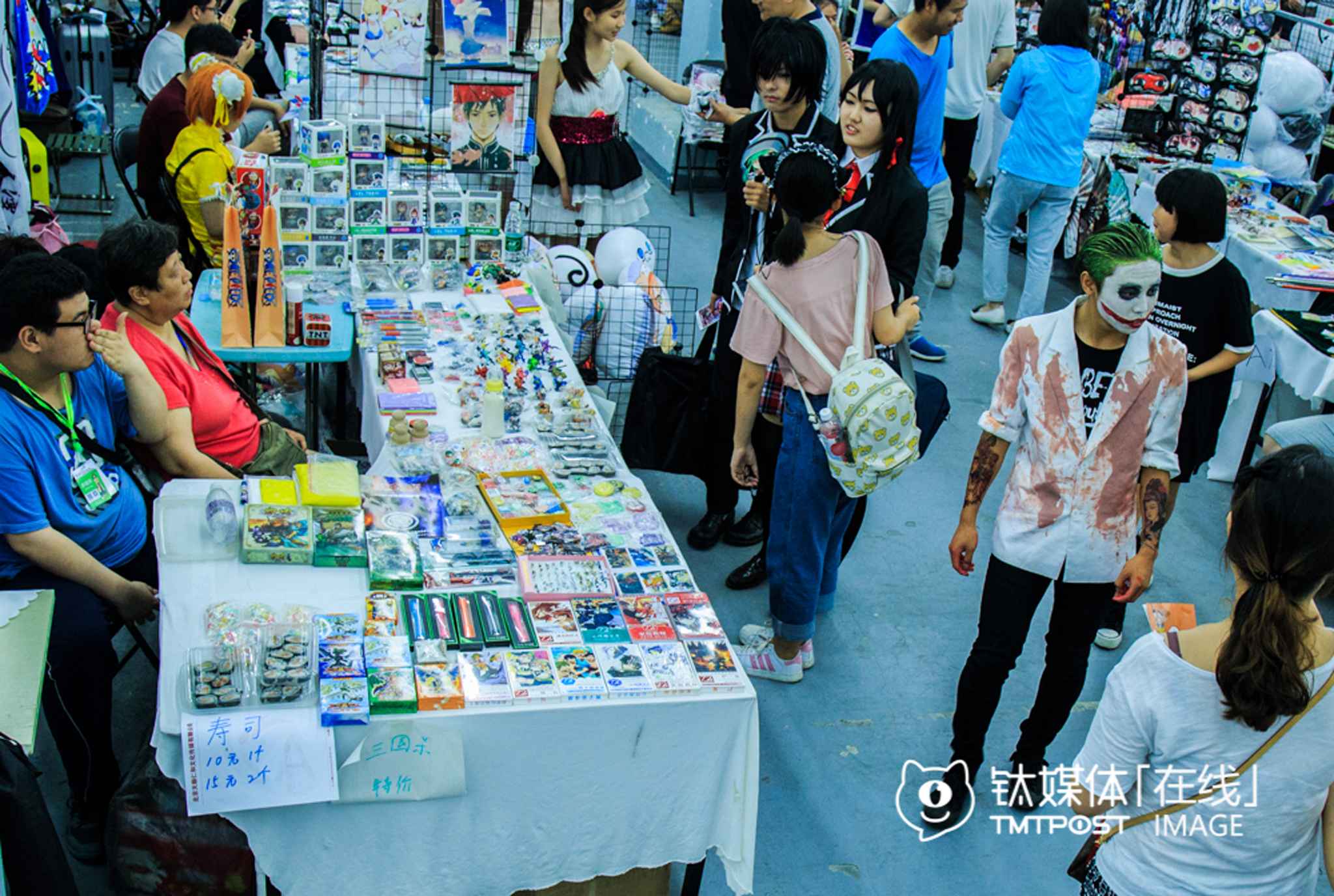 "Most of the 100 stands on the Dream Comic Show were rented by cosers who sold hand-made ""weapons"", models, cards or posters. They had to pay RMB 150 for the stand every day, and kept of rest of what they earned to keep their cosplay habit."