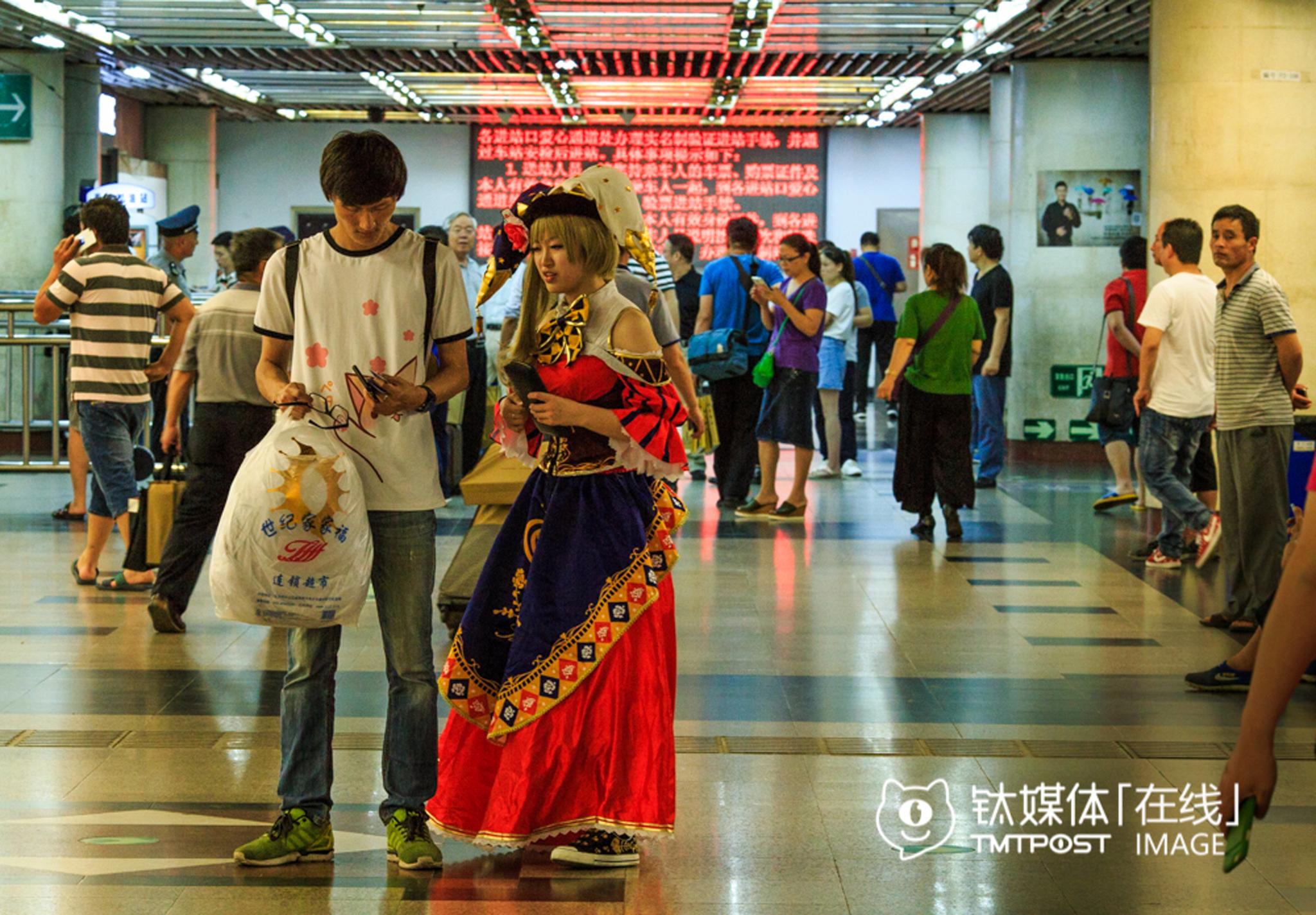 北京西地铁站,一位Coser刚演出完还未来得及卸妆,和男友一起去乘搭地铁。在人潮中,他们并不觉得有什么异样。