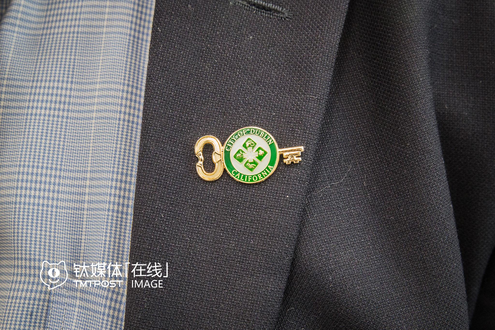 几乎每位市长都随身携带者自己城市的徽章。都柏林市市长David Haubert自己设计并完善了这枚徽章,在中国的时间,只要是出席活动,他一直都戴着,或者当做礼物赠送给他人。