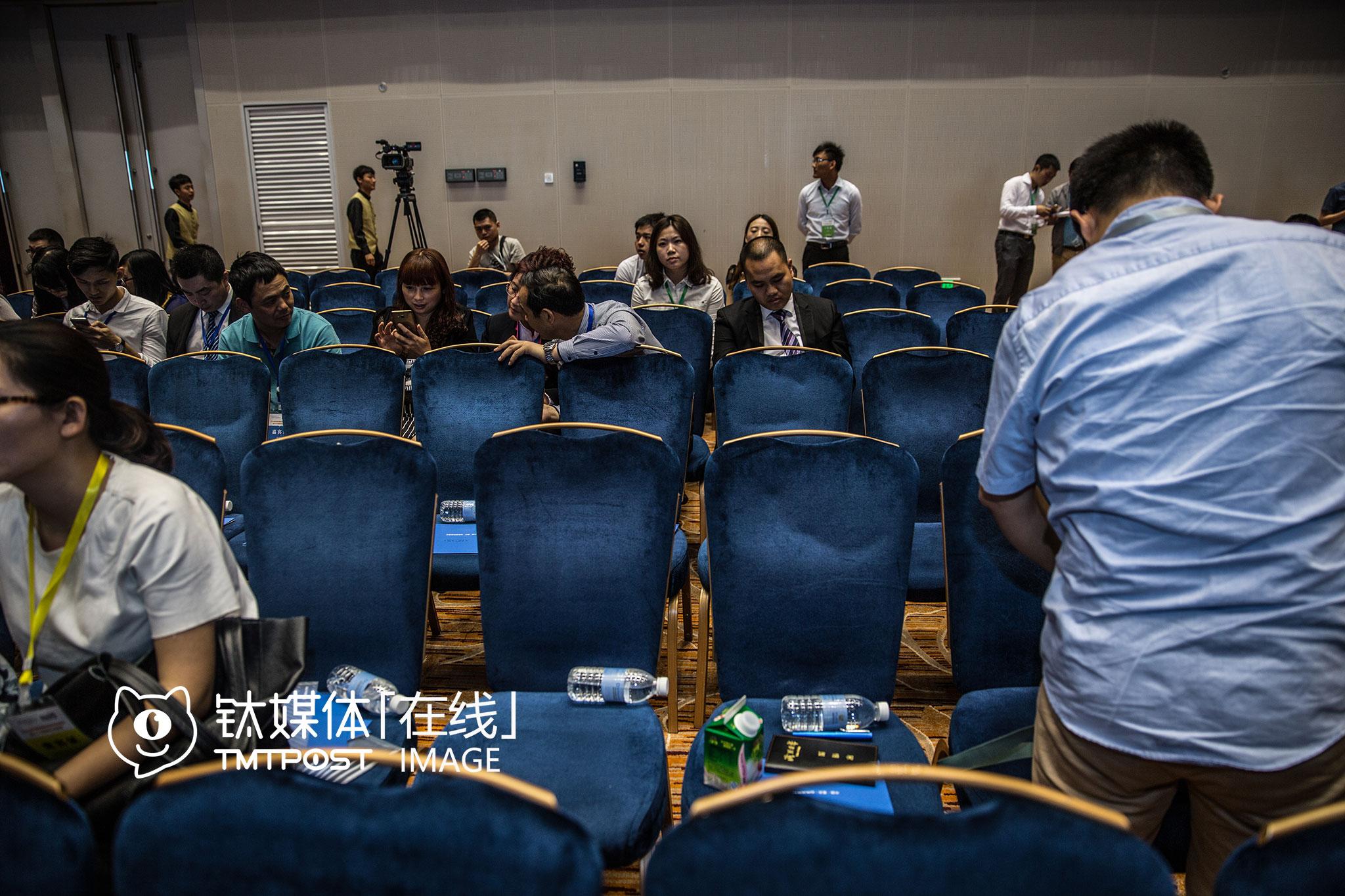 """2016年5月25日,重庆,一场云集了国内外创业公司、政府官员的""""创新大会""""开始两个小时,台下一角,观众已经稀稀拉拉。"""