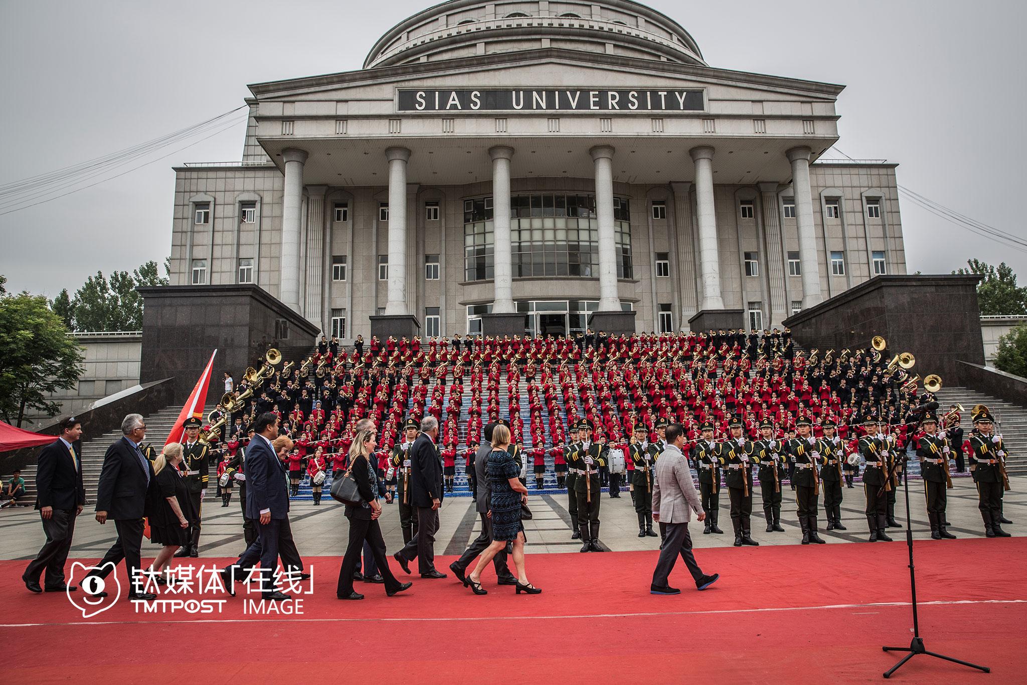 欢迎仪式上,学校的仪仗队、交响乐团全部出动,还进行了队列检阅等。