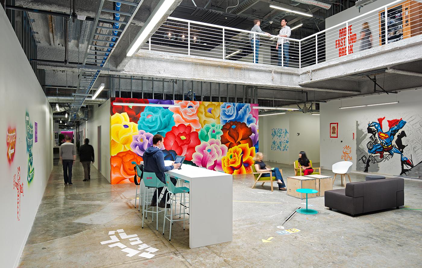 "Facebook的""经典""办公园区,墙上装饰有当地艺术家的作品。"