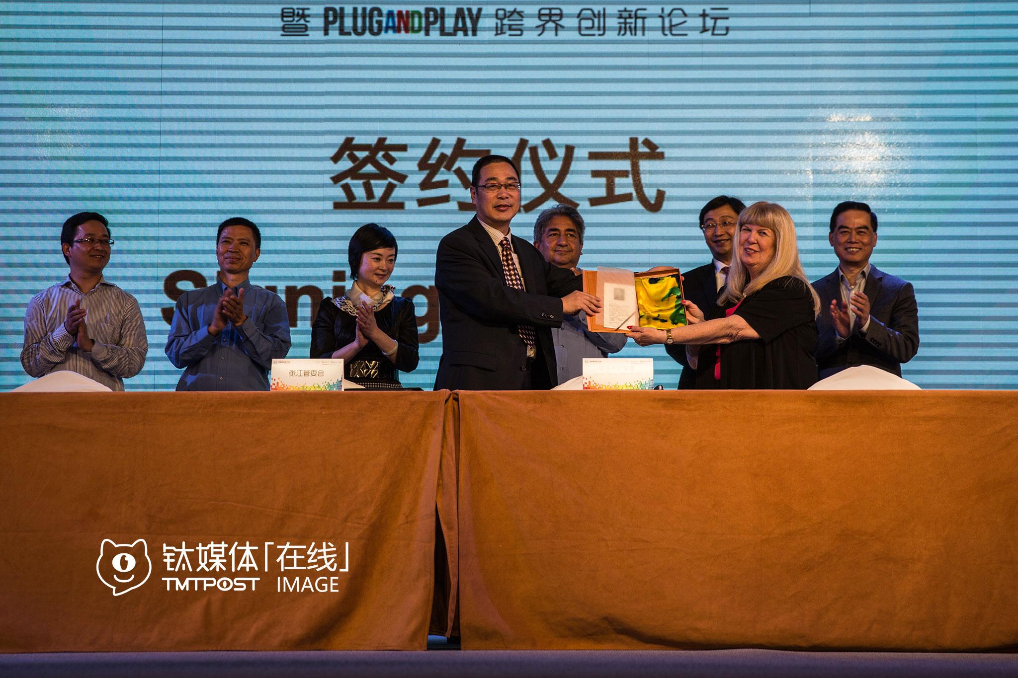在上海的另一场有关创业创新的论坛上,张江管委会与市长代表团互赠礼物,美方送给中方一幅由全体市长签名的硅谷地图,中方回赠美方一件丝绸制品。
