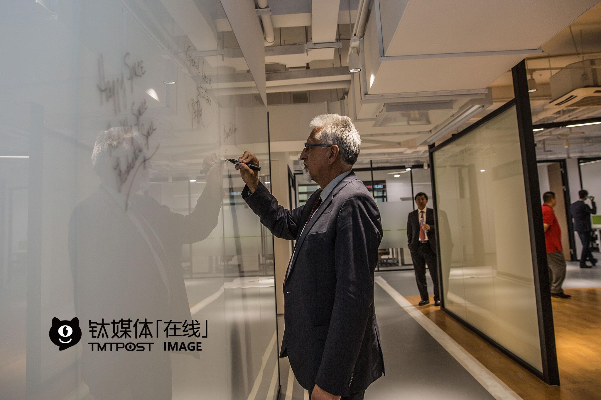 市长们应邀参观PNP孵化器位于上海的新址,瑞趣芒德市副市长Eduardo Martinez在公共区域的玻璃墙上写下祝愿。Plug and Play是一家来自硅谷的孵化器,据报道已为2000多家创业型公司服务过,包括Dropbox、PayPal等知名企业。PNP已进入中国上海、苏州、重庆等地。