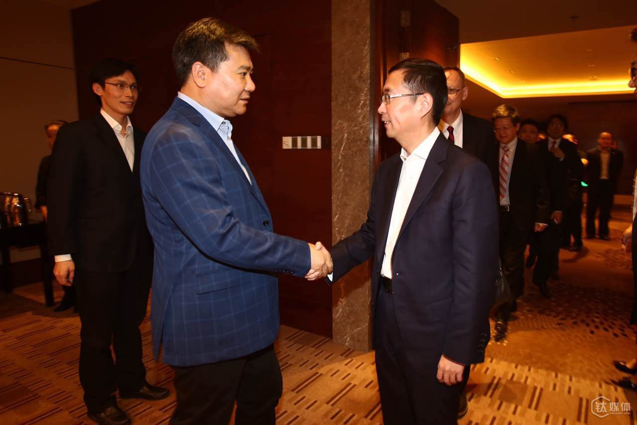 Suning's chairman of the board Zhang Jindong and Alibaba's CEO Zhang Yong