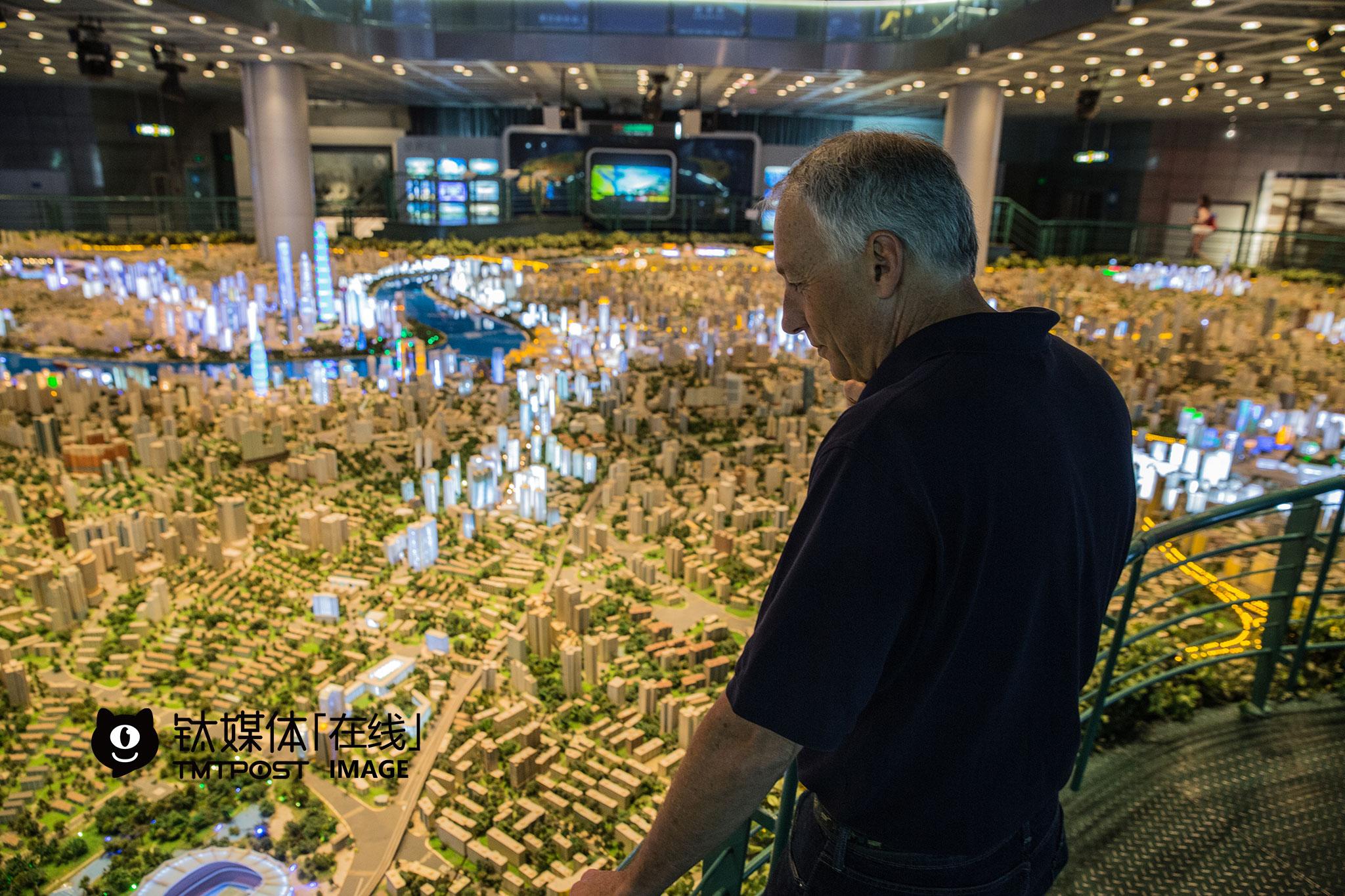 """上海的城市模型让阿瑟顿市副市长Michael大为赞叹。""""我们那也有,不过比这小多了"""",Michael所在的阿瑟顿市,""""处于硅谷中心位置,全美国房价最高的地方"""",没有创业公司办公室,只有住宅,是硅谷很多大公司CEO、投资人最理想的安家场所。"""