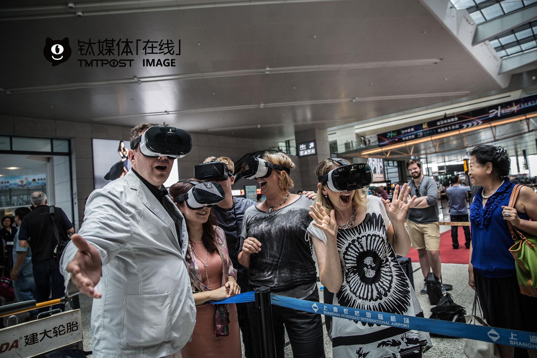 从上海出发去往重庆VR峰会,一名VR创业者(左)跟大家一起戴上VR眼镜拍照。随团的创业者,都是从事VR/AR领域,在中国为期一周的访问中,他们进行了几场路演。