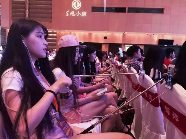 Female broadcasters live  broadcasting videos at the same conference