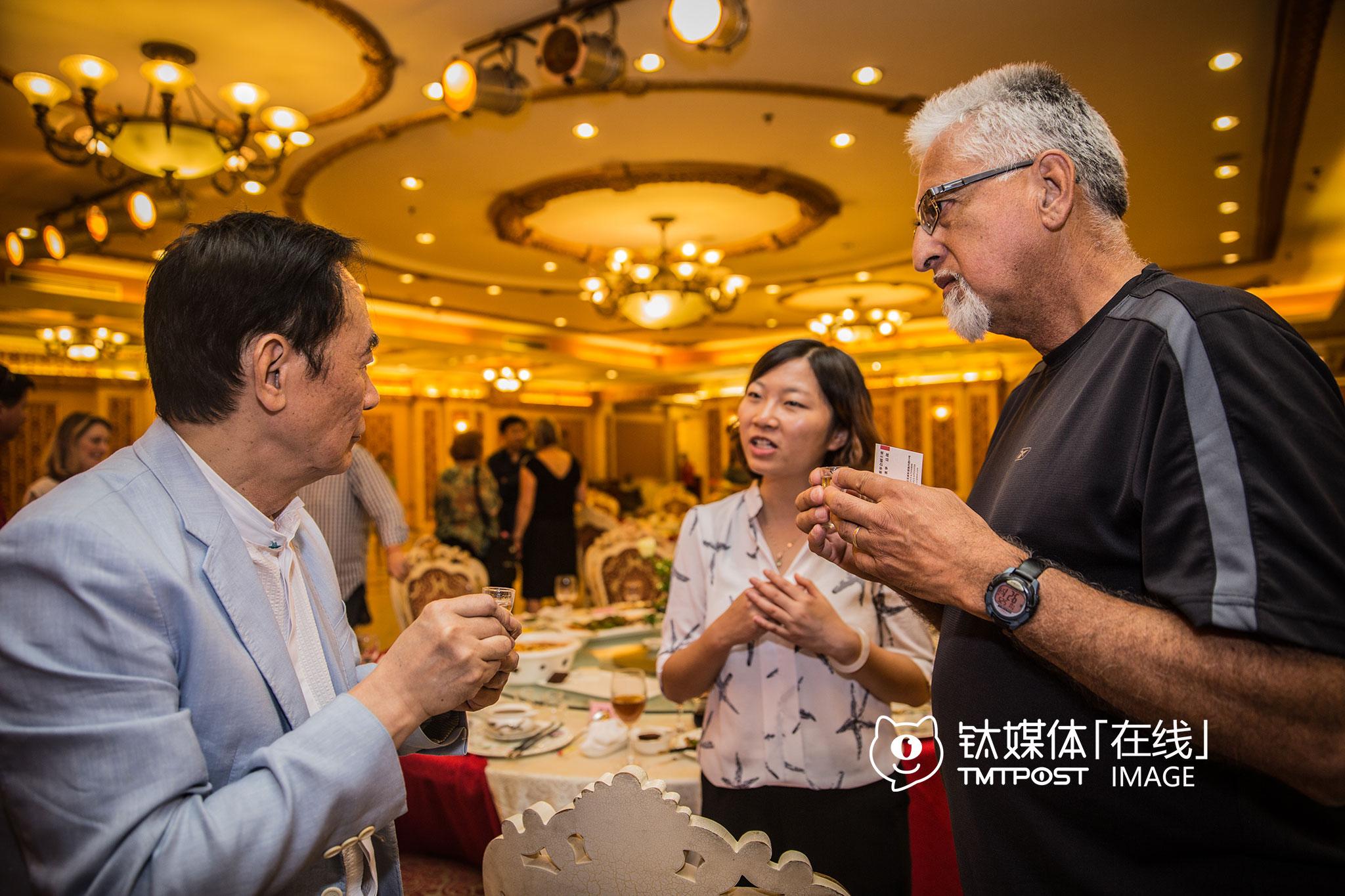 """5月24日晚,重庆渝北区,当地一名投资人宴请硅谷市长代表团。在说了一番非常热烈的""""中国梦""""祝酒词之后,他和前来碰杯的半月湾市市长Rick Kowalczyk抱成一团,之后瑞趣芒德市副市长Eduardo Martinez也端着杯子过来敬酒,双方互相鞠躬之后才喝了下去。"""