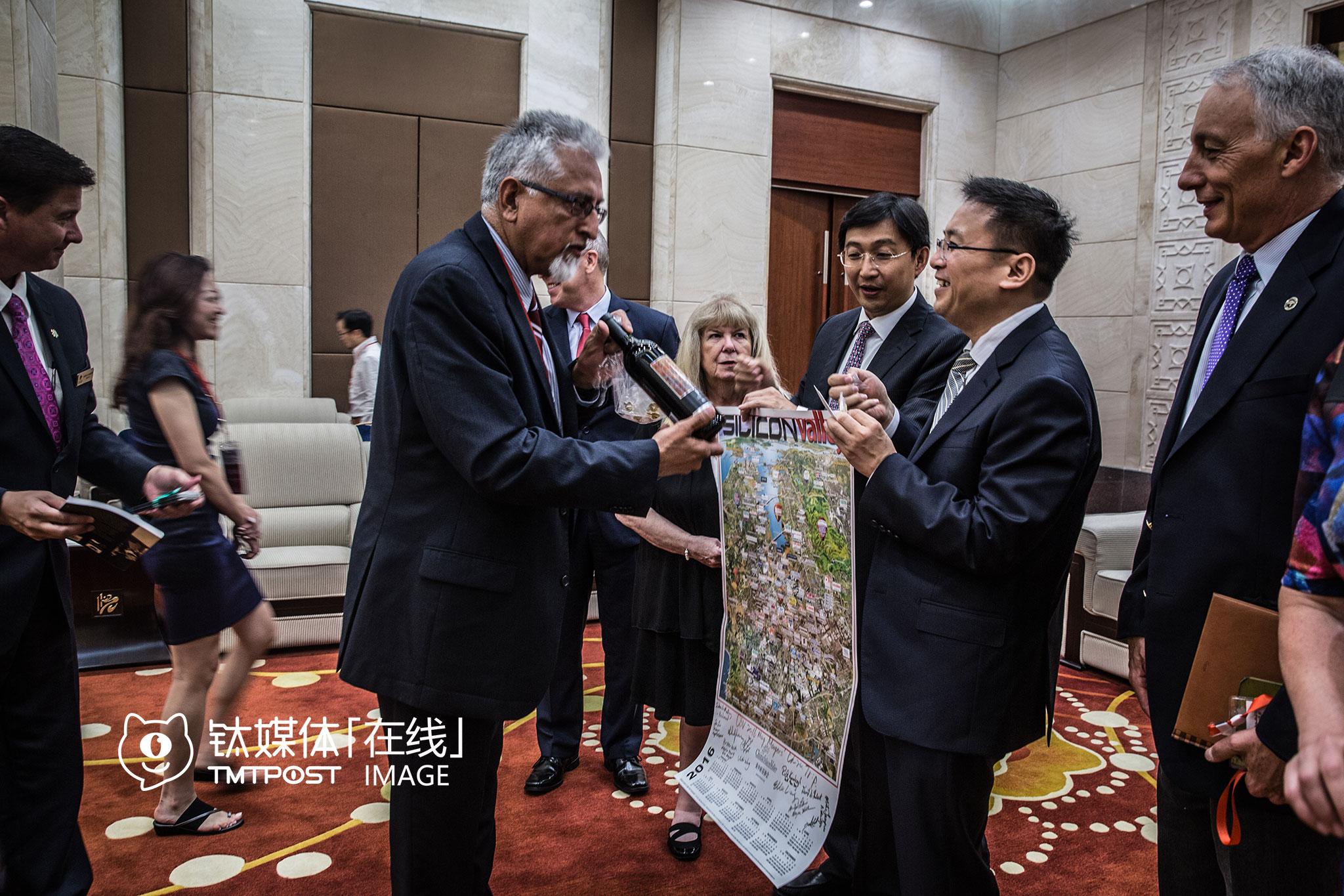 重庆VR峰会,会议开始前,时任渝北区区委书记的沐华平会见了市长代表团,会见结束后,硅谷市长们向中方赠送了礼物:城市市徽胸针、小纪念品,还有人从美国带来红酒。