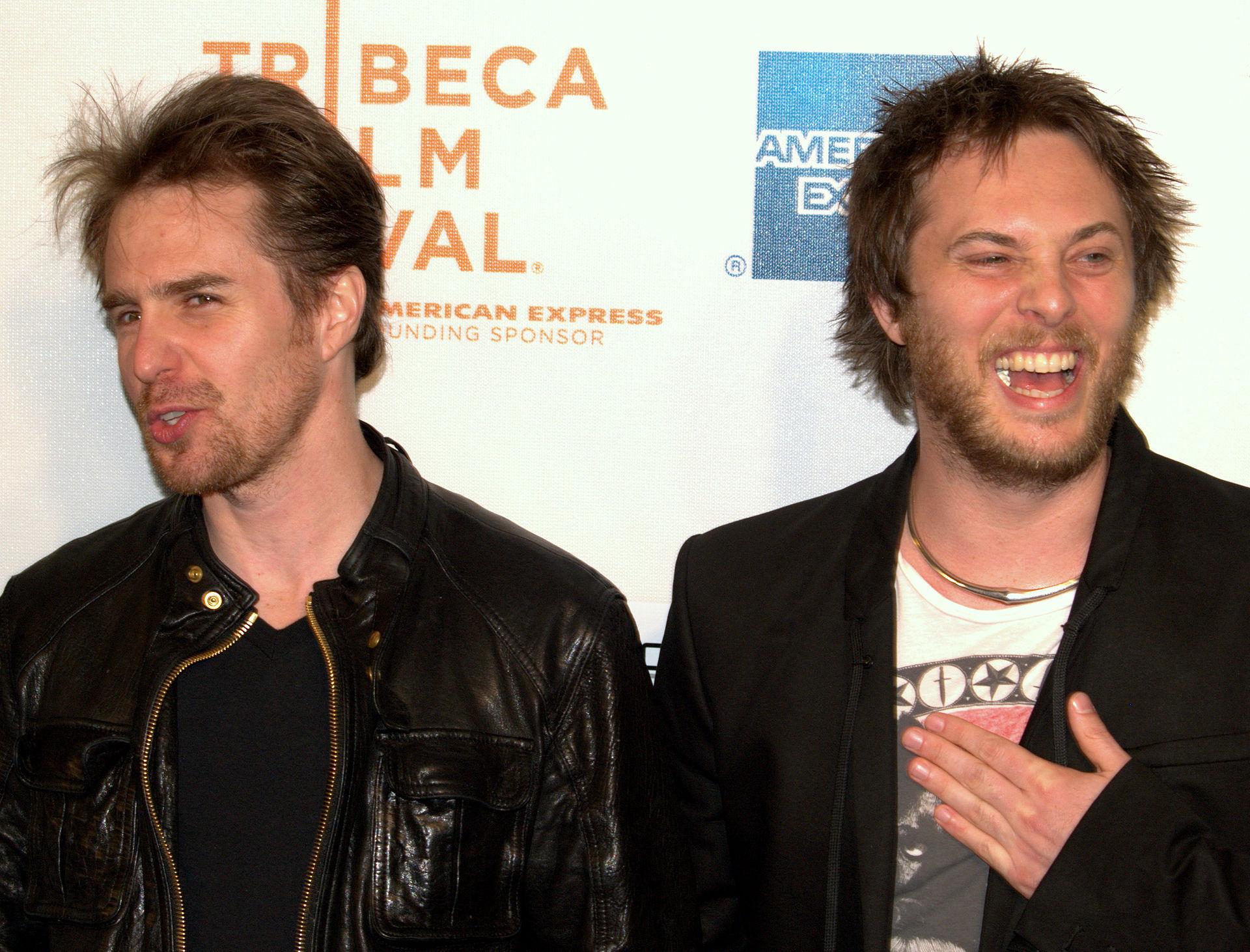 《月球》主演山姆·洛克威尔(Sam Rockwell)和导演琼斯(右)在当年的翠贝卡电影节上