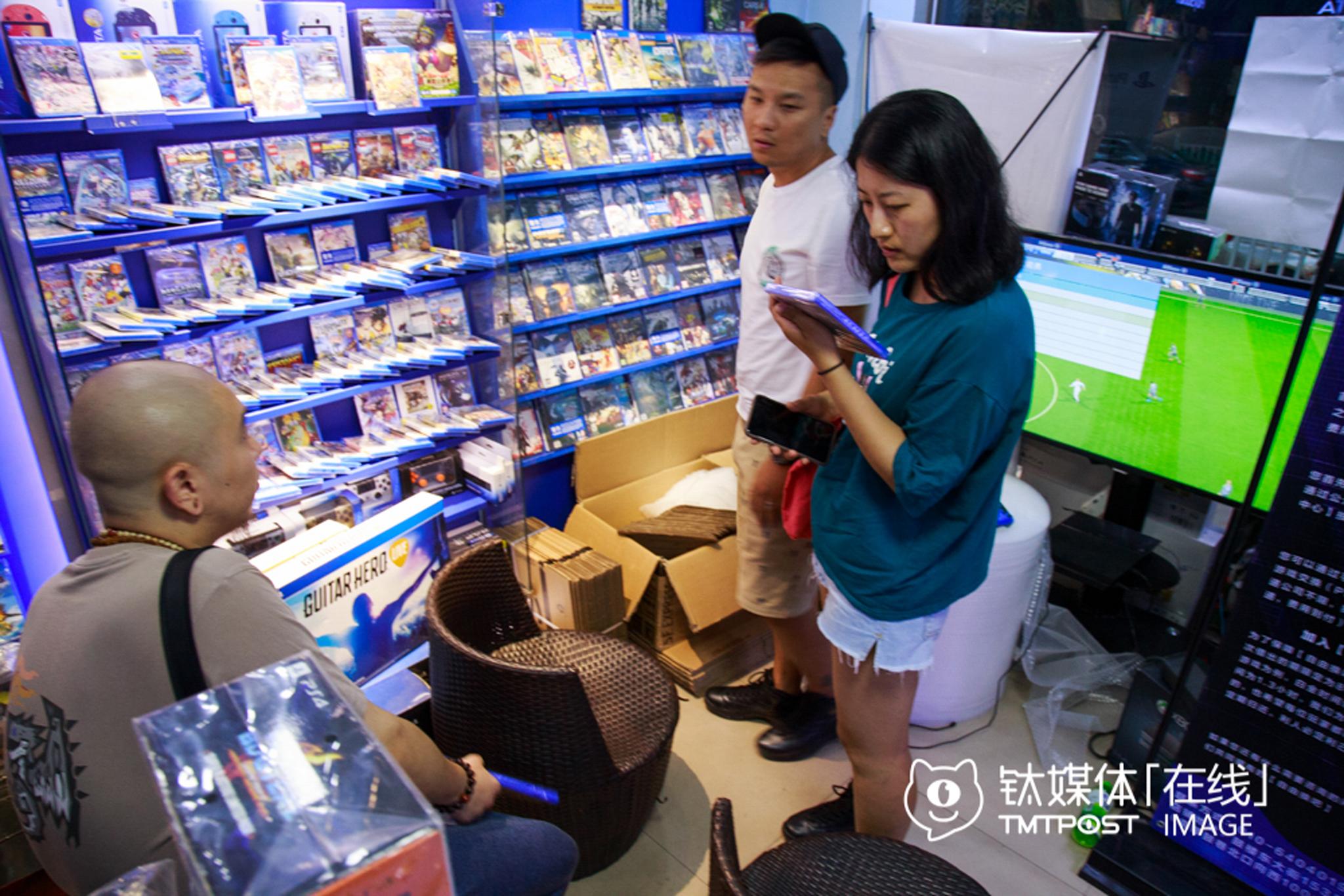 鼓楼大街开了十多年的电玩店,来的都是那些作为老玩家的熟客,以70和80后为主,店内产品基本从国外进口,一张游戏碟均价300多元,国产销量低。