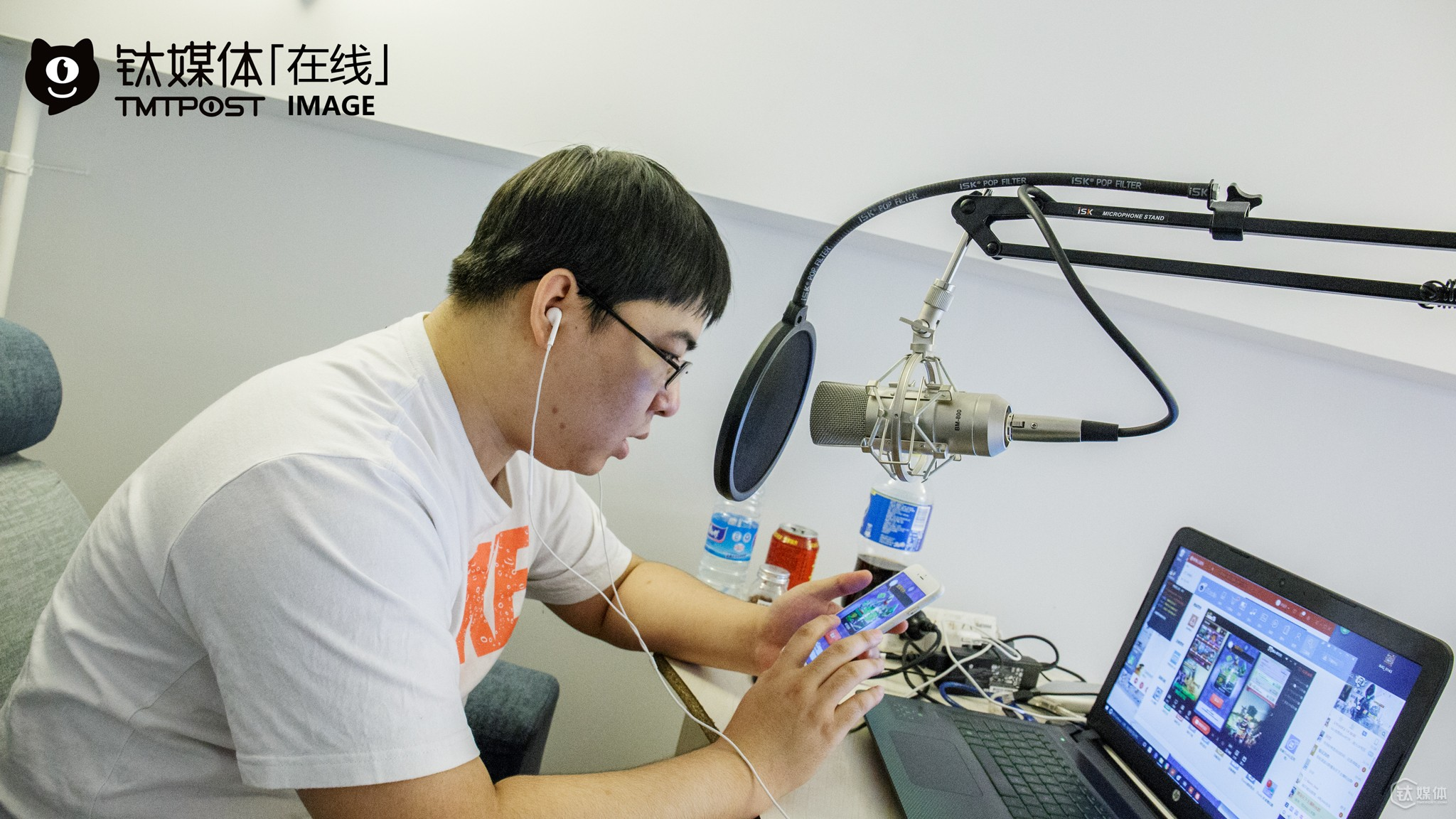 "Junwushuang (his nickname in the game) was live broadcasting games in the above picture. ""I slipped class and played electronic games when I was still in middle school. At that time, I would often stay the night at internet cafe and grab some sleep the next morning. I was so addicted to games that I totally neglected my studies"" he told TMTpost. After graduating from senior high school, he started learning how to repair high-end watch from his grandpa, because his family want him to carry on the career. So they are quite supportive of his hobby. ""Although the profit margin for repairing watches is very huge, especially for high-end watches, it is quite boring in the long term. To fix a watch, I might have to be very patient and work with an accuracy of deci-millimeter. After learning the skill for two or three years also, I found that I still loved playing electronic sports, since it's more exciting and fun. So I decided to move to Beijing,"" he explained."