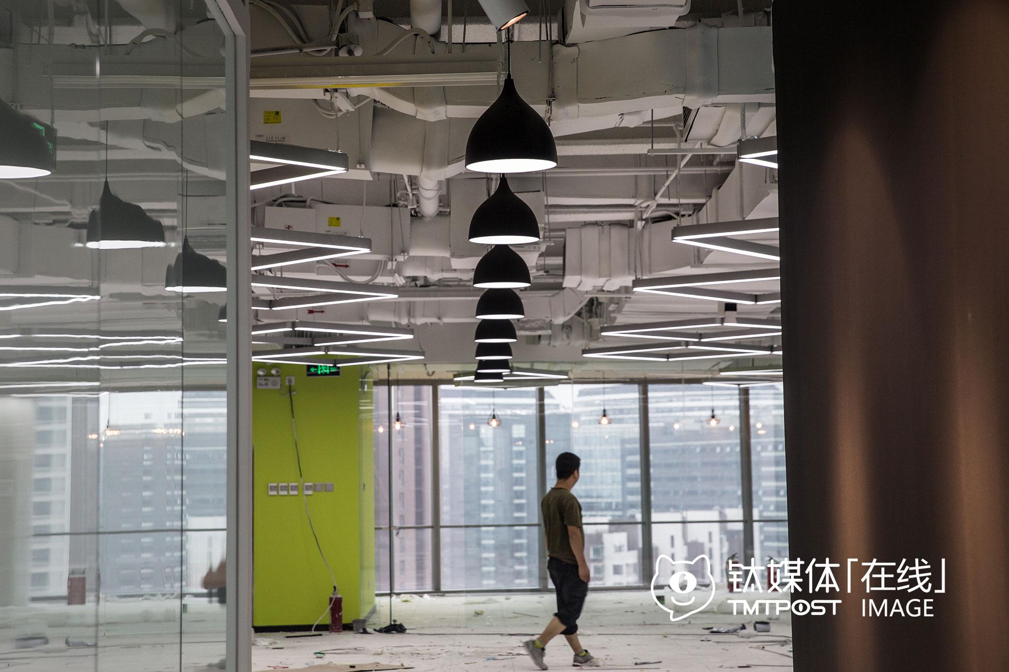 """2016年7月15日,北京浦项中心,网红孵化平台网星梦工厂的新办公室内,装修工人在进行最后的施工。这个一千多平的办公空间,将成为一个""""网红挖掘、培训、包装、推广"""",批量产出网红。"""