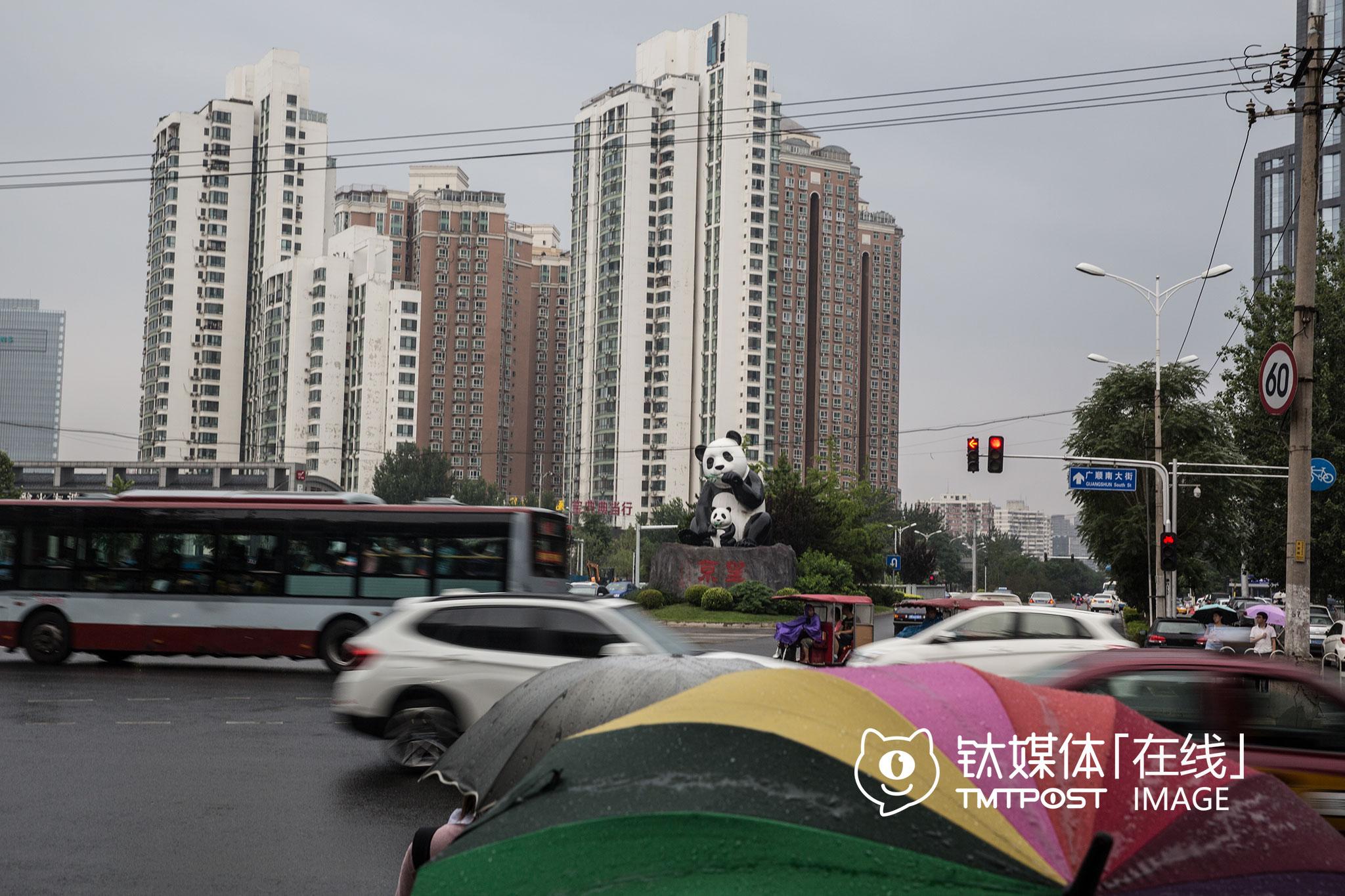 """落成于2012年的熊猫塑像,仍然是望京的地标,这里是望京的入口之一。其实这个地标还曾引起一场关于""""美和丑""""的争论,当时望京街道工作人员回应称:""""望京斜街多,地标考虑的主要是指路功能,熊猫形象比较通俗易懂,无论中国人还是外国人,对熊猫形象都有一定认识。""""不过有驾驶员表示,这两尊熊猫影响了局地交通,""""地标底座是一块高大的山石,不透光,前行经过底座区域时,左前方会出现盲区,有安全隐患""""。"""