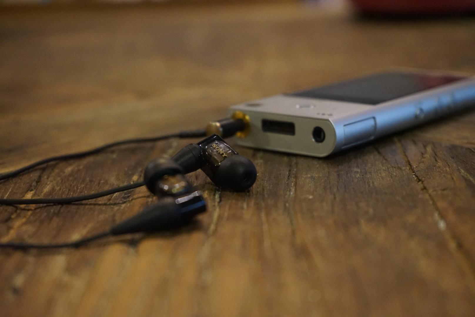 除了硬升Hi-Res音质这一招外,与ZX100适配的各种降噪耳机确保你可以在极其复杂的环境中得到高还原度的音乐。若你的选择是无线输出,SONY的LDAC高音质无线传输技术,也能保证蓝牙传输无损音质,并且3倍数据传输量无任何传输滞后的情况。  其他技术还包括支持播放DSD64(2.8224MHz/1bit)、DSD128(5.6448MHz/1bit)等级的高解析度音频,还有ClearAudio+(醇音技术+)和S-Master HX、Clear Bass、Equalizer、VPT(surround)和Dynamic Normalizer等。