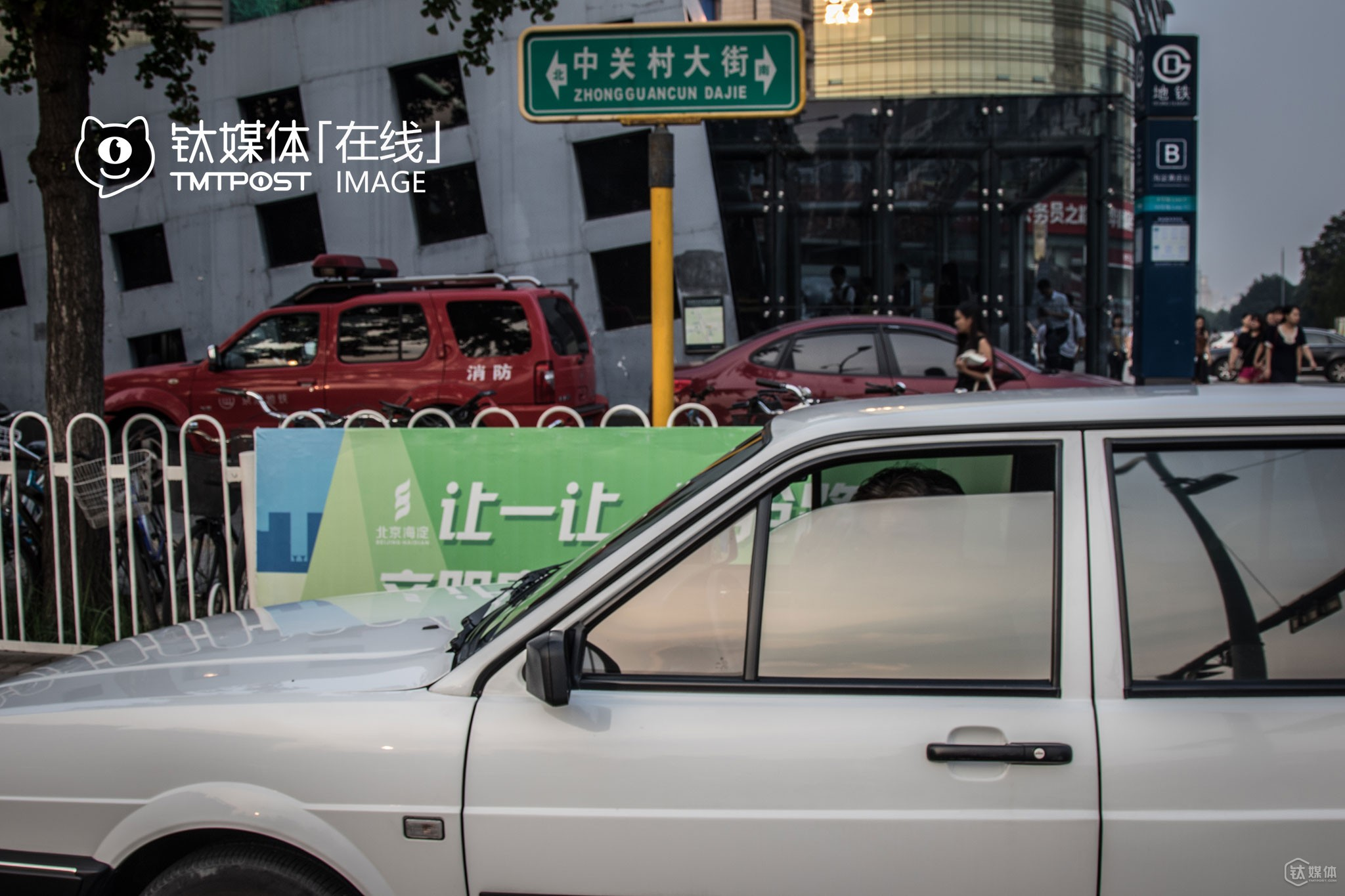 "It was August, 1st. Fangzi was prepared to pick up the next rider. He started as a driver for Yidao, the third largest online-hailing service (the second largest after the merger) in China. At present, he mainly pick up riders on Didi and Uber. However, he was added to Didi's driver blacklist in July. ""When Didi was just launched, they invited me to sign up on Didi with my Santana car. However, they told me now that my car didn't meet their basic requirement,"" Fangzi told TMTpost. Speaking of the merger, Fangzi thought it was understandable, saying that ""In China, every business tends to end up in monopoly. After all, Uber is a foreign enterprise, so the Chinese government will show preference to Chinese companies instead of foreign ones."""