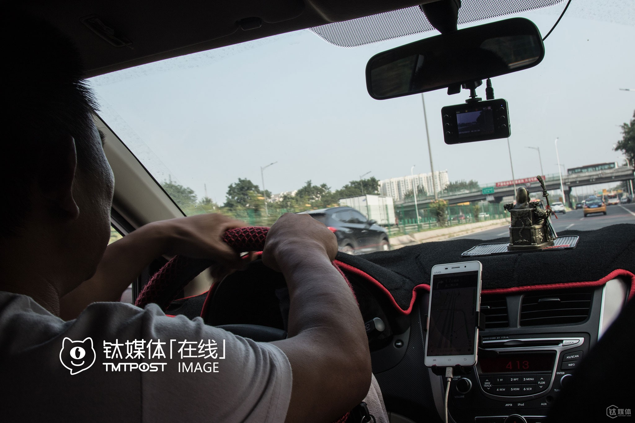 """At the beginning of 2016, Mr. Lei tried picking up several riders on Uber, but gave up soon because he didn't like the idea that drivers couldn't see the destination of riders they were assigned to, and that he was afraid that he might get caught by traffic police. """"I never dare to drive to places such as Beijing West Railway Station, Beijing International Airport and Beijing South Railway Station. In fact, I heard that a Didi driver was caught just yesterday. Three plainclothes traffic policemen caught him at the underground garage and fined him for over 10,000 yuan (around $1,506). Will traffic police stop finding fault with us after online ride-hailing service is legalized in China?"""" he was still not sure. In terms of the merger, he worried if the subsidy for drivers would drop. """"If so, I'll just quit and find something else to do,"""" he told TMTpost."""